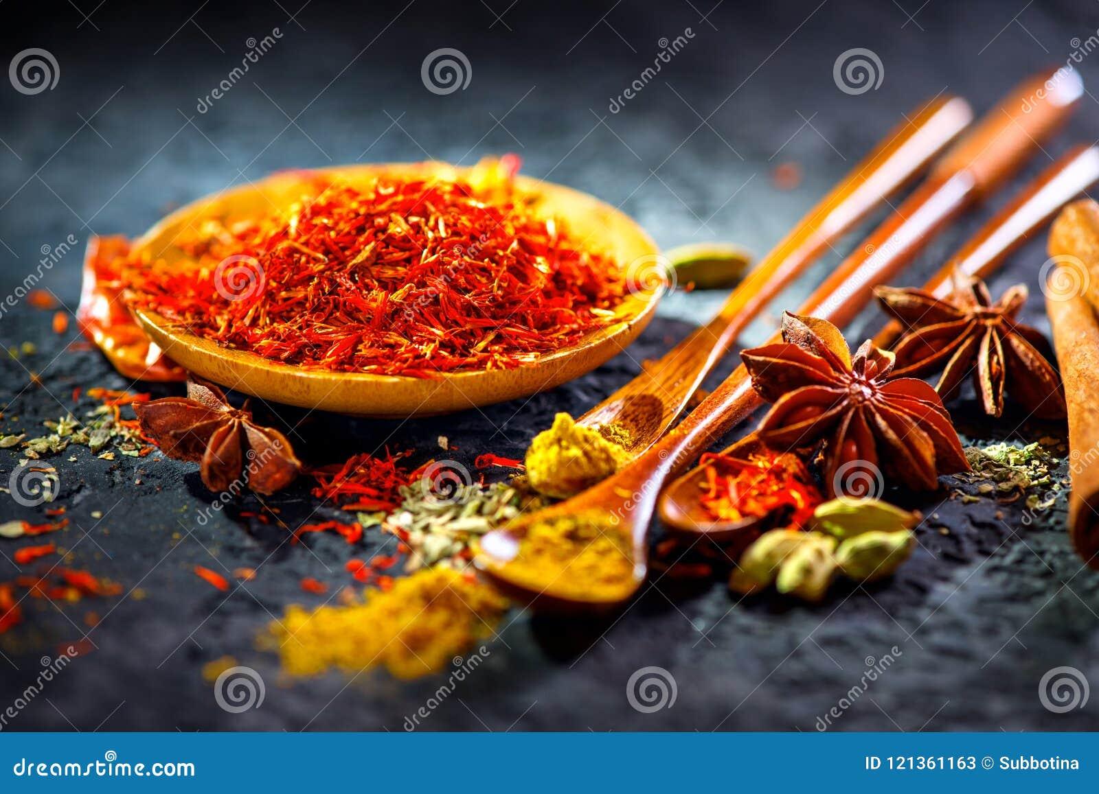 Safran Diverses épices indiennes sur la table en pierre noire Épice et herbes sur le fond d ardoise