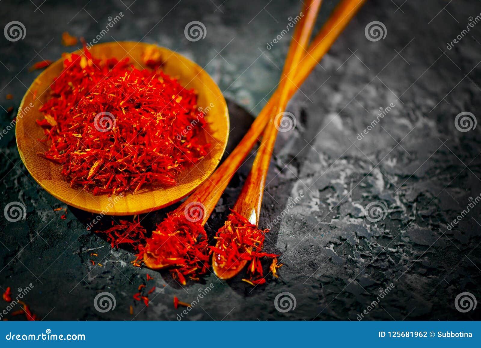 Safran Diverses épices indiennes sur la table en pierre noire Épice et herbes sur le fond d ardoise cuisine
