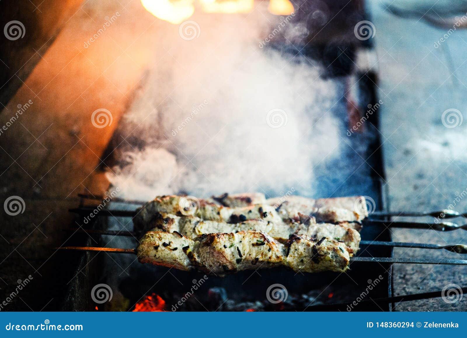 Saftige Scheiben des Fleisches bereiten sich auf Feuer vor