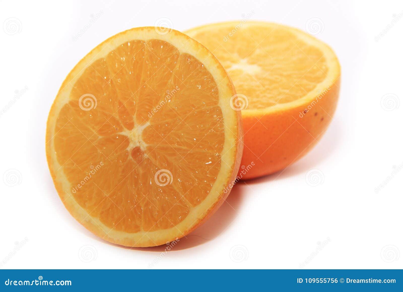 Saftigt apelsinsnitt in i halvor på en vit bakgrund