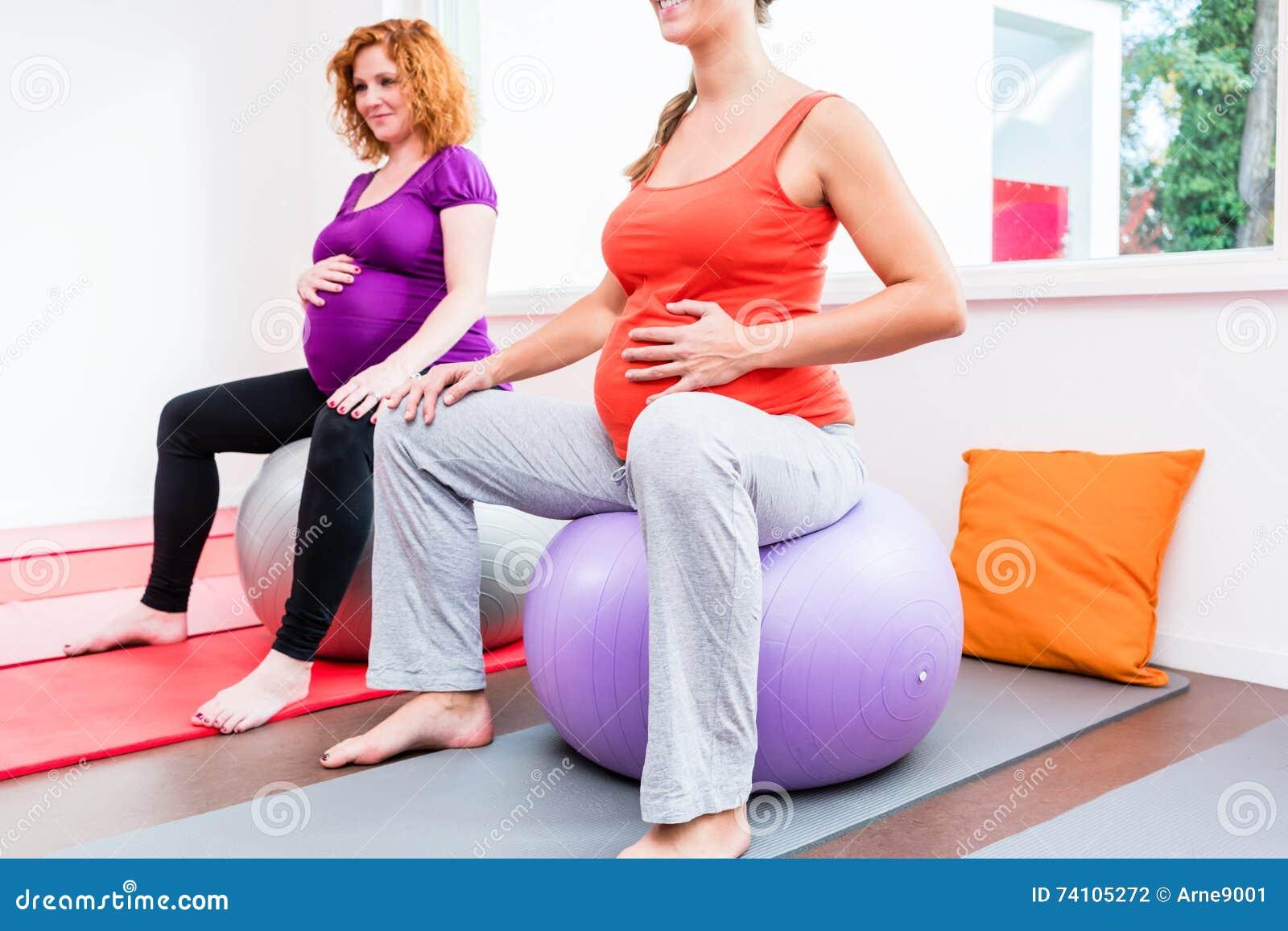 Sage-femme donnant des leçons particulières aux femmes enceintes pendant les exercices de relaxation