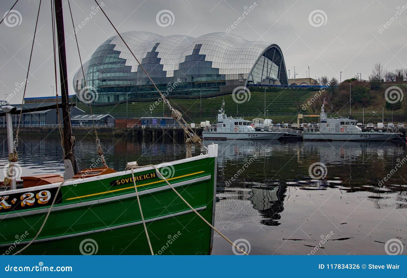 Sage Gateshead som tas från Newcastle över Tynen