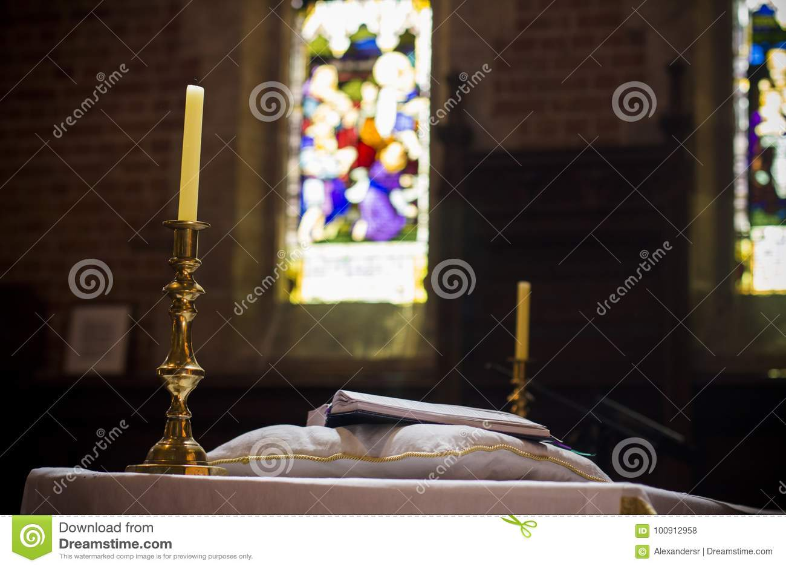 Sagrada Biblia en la iglesia cristiana Perth Australia del púlpito del pedestal agradable