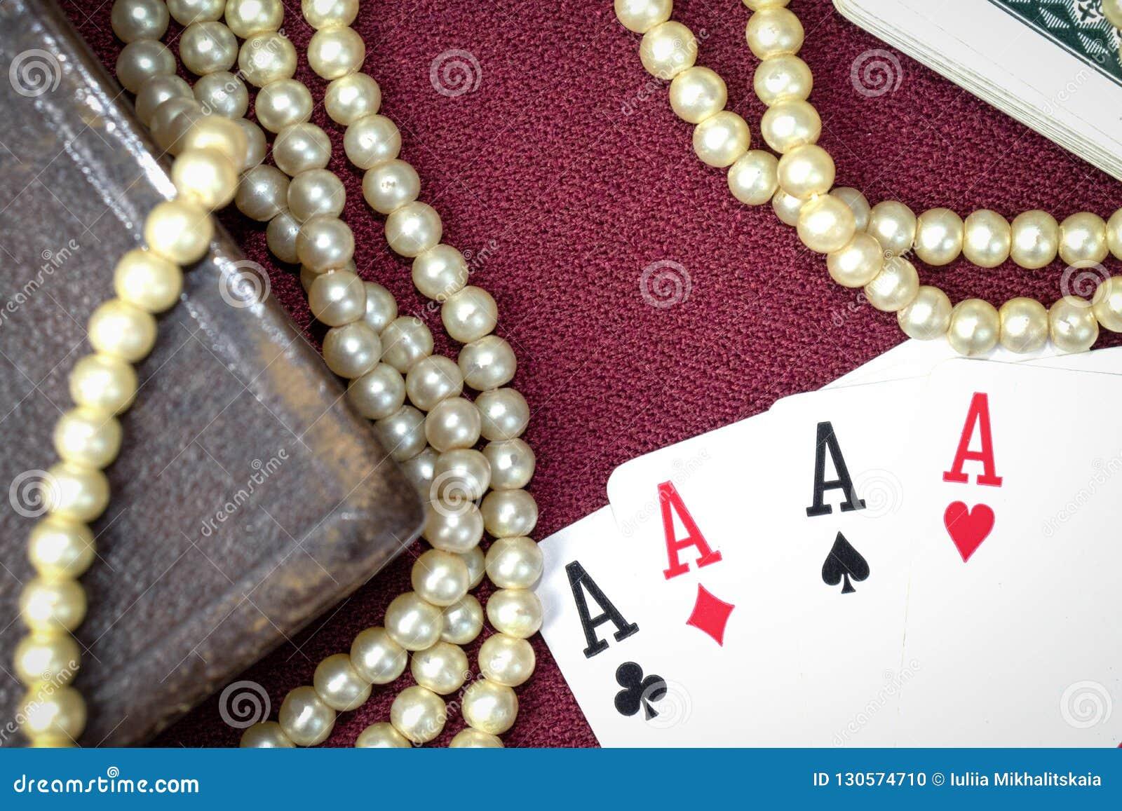 Sagrada Biblia y tarjetas viejas en la tabla de madera Misticism y adivinación, concepto futuro de la predicción