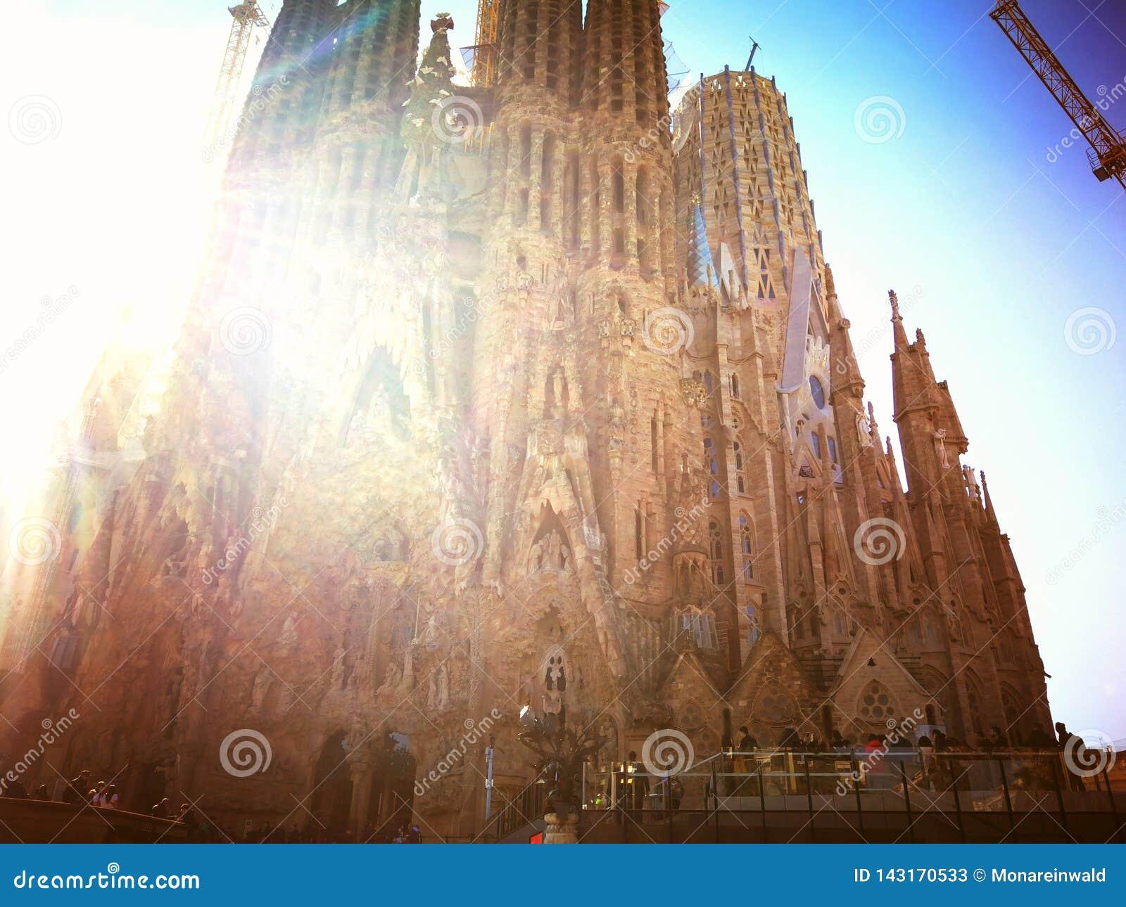 Sagrada Familia in der Sonne im Frühjahr