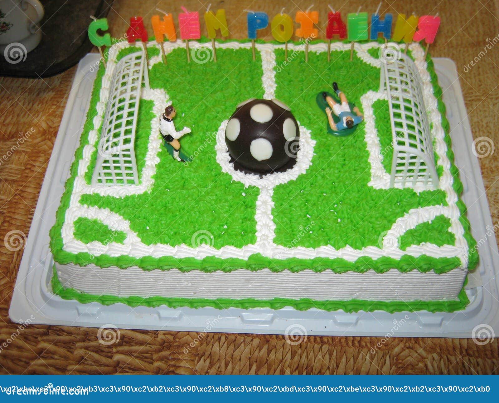 Sahnekuchenkerl-Fußballspieler auf seinem Geburtstag mit einem Ball- und Torbonbonnachtisch