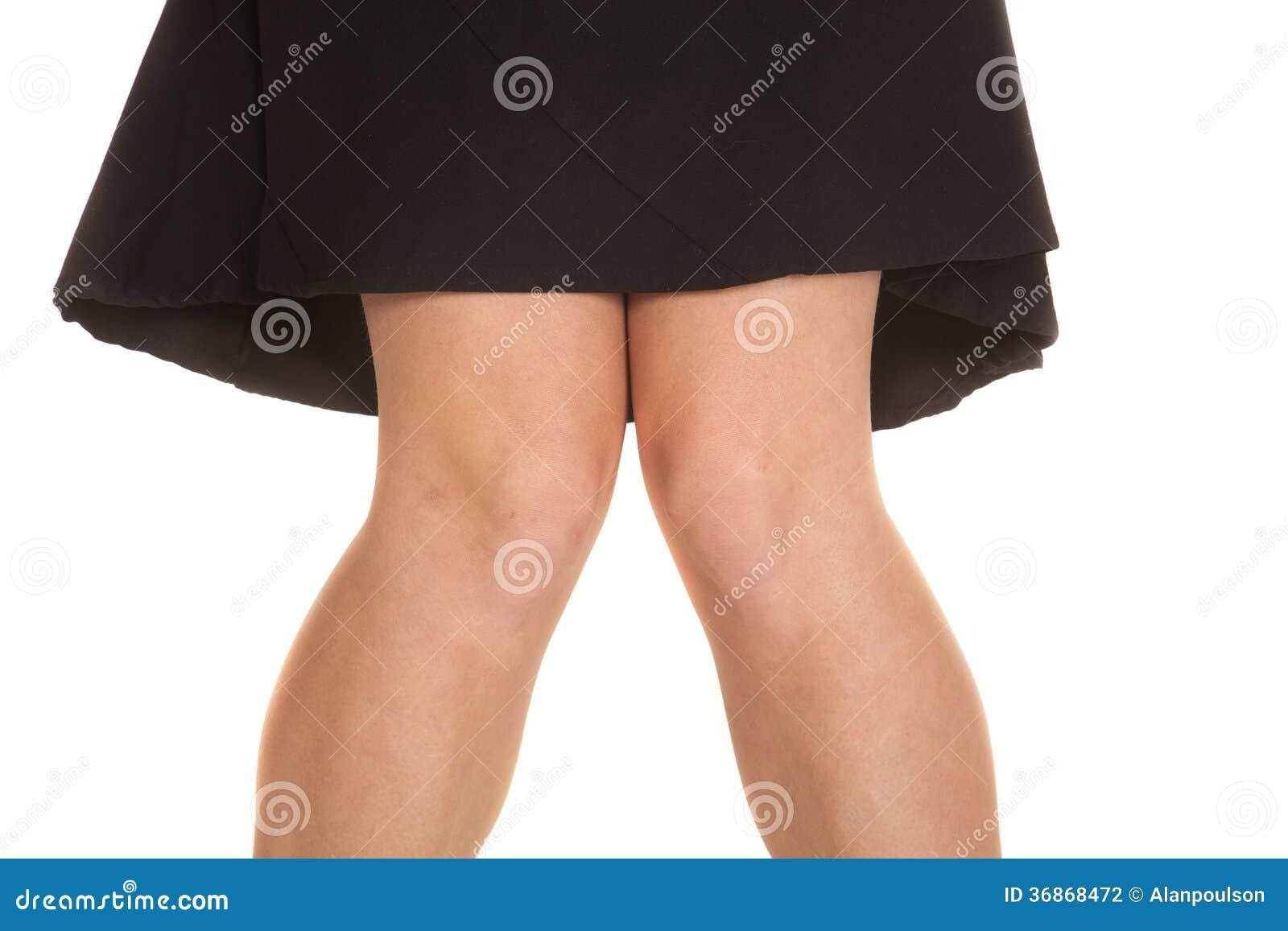 Saia do preto dos joelhos da mulher