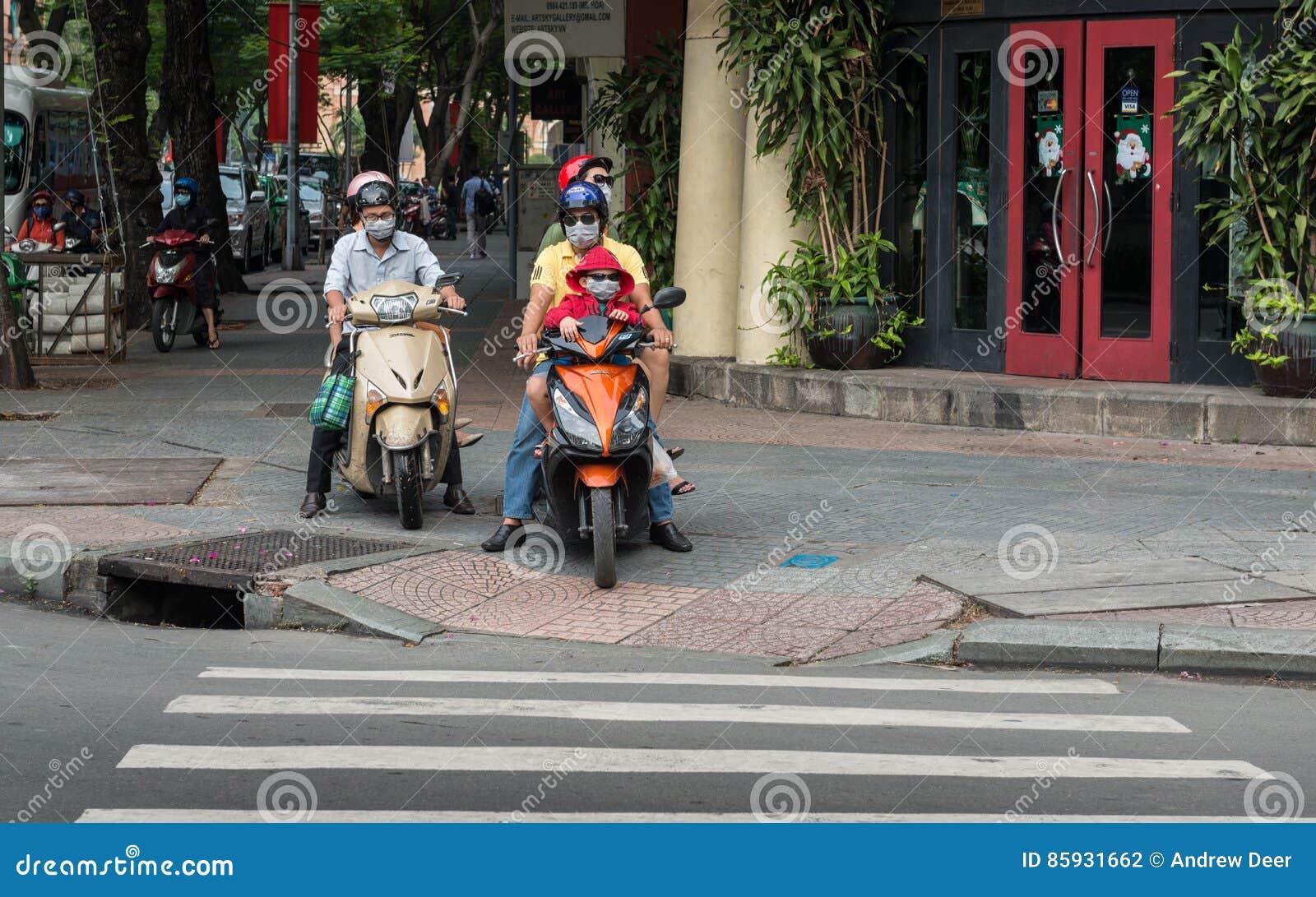 trova fattura a piedi a New York Saigon, Vietnam - Famiglia Con Le Maschere Di Protezione ...