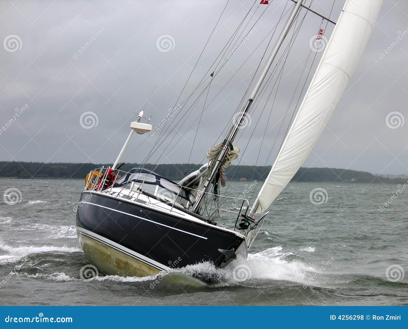 Sailboat πανιών χειμερινό γιοτ