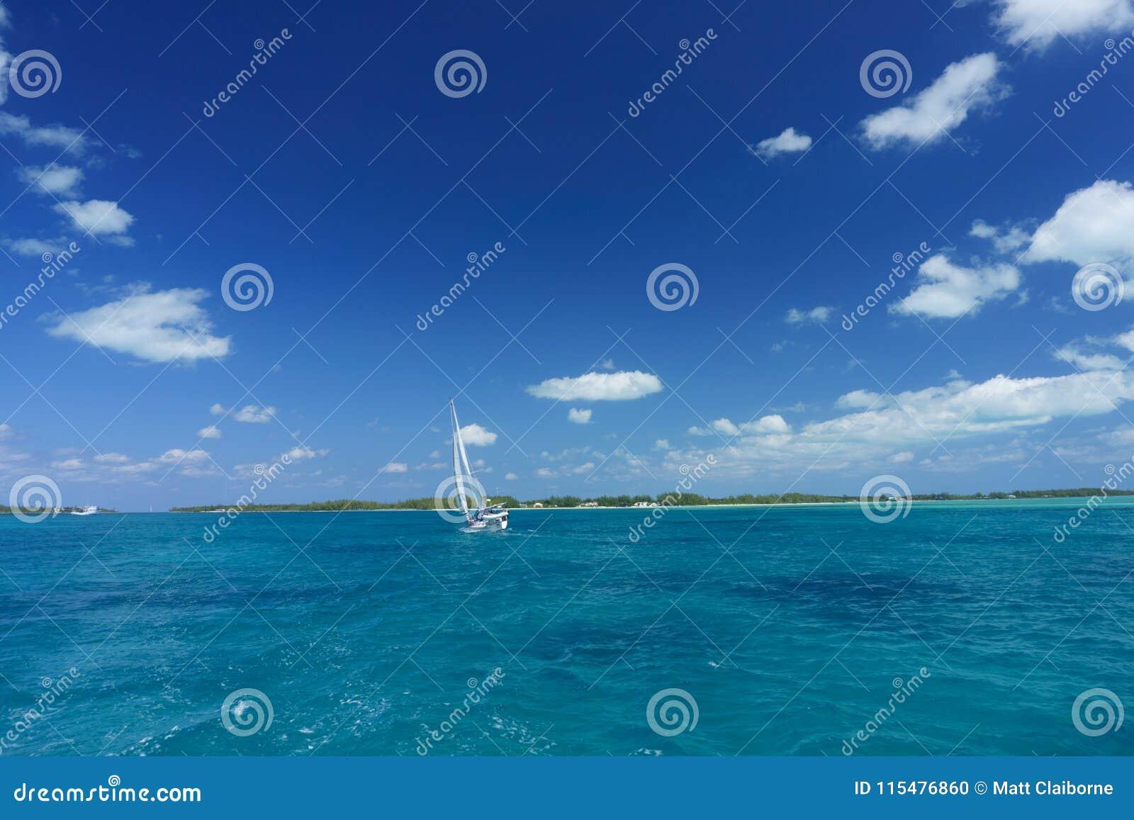 Sailboat που ταξιδεύει στο σαφές νερό