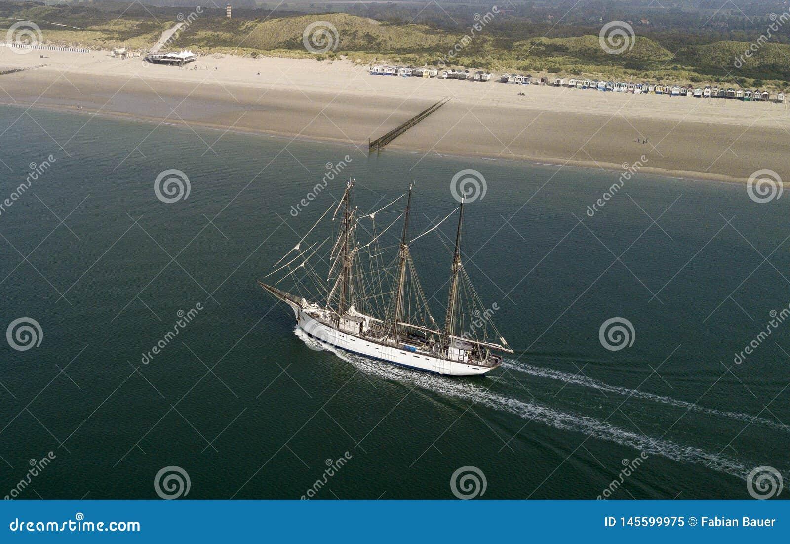 Sailboat στη θάλασσα μπροστά από την παραλία