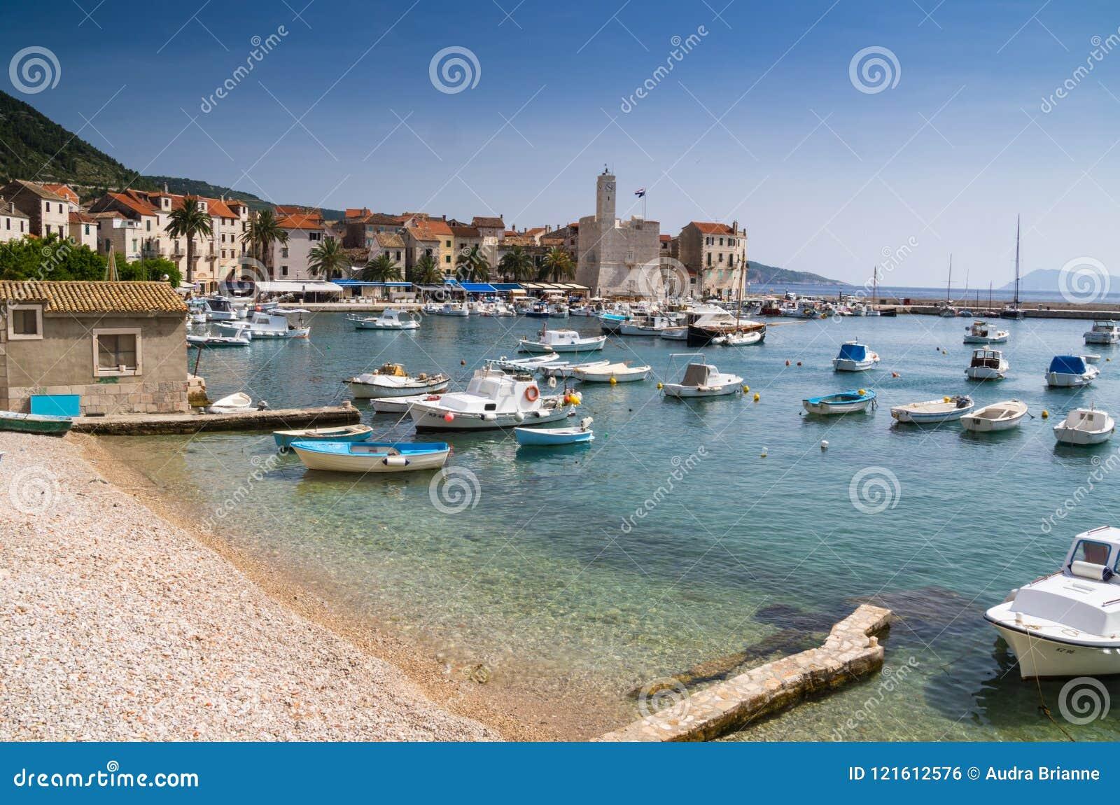 Sailboats που διαστίζουν το λιμάνι μια θερινή ημέρα του νησιού Vis, Κροατία