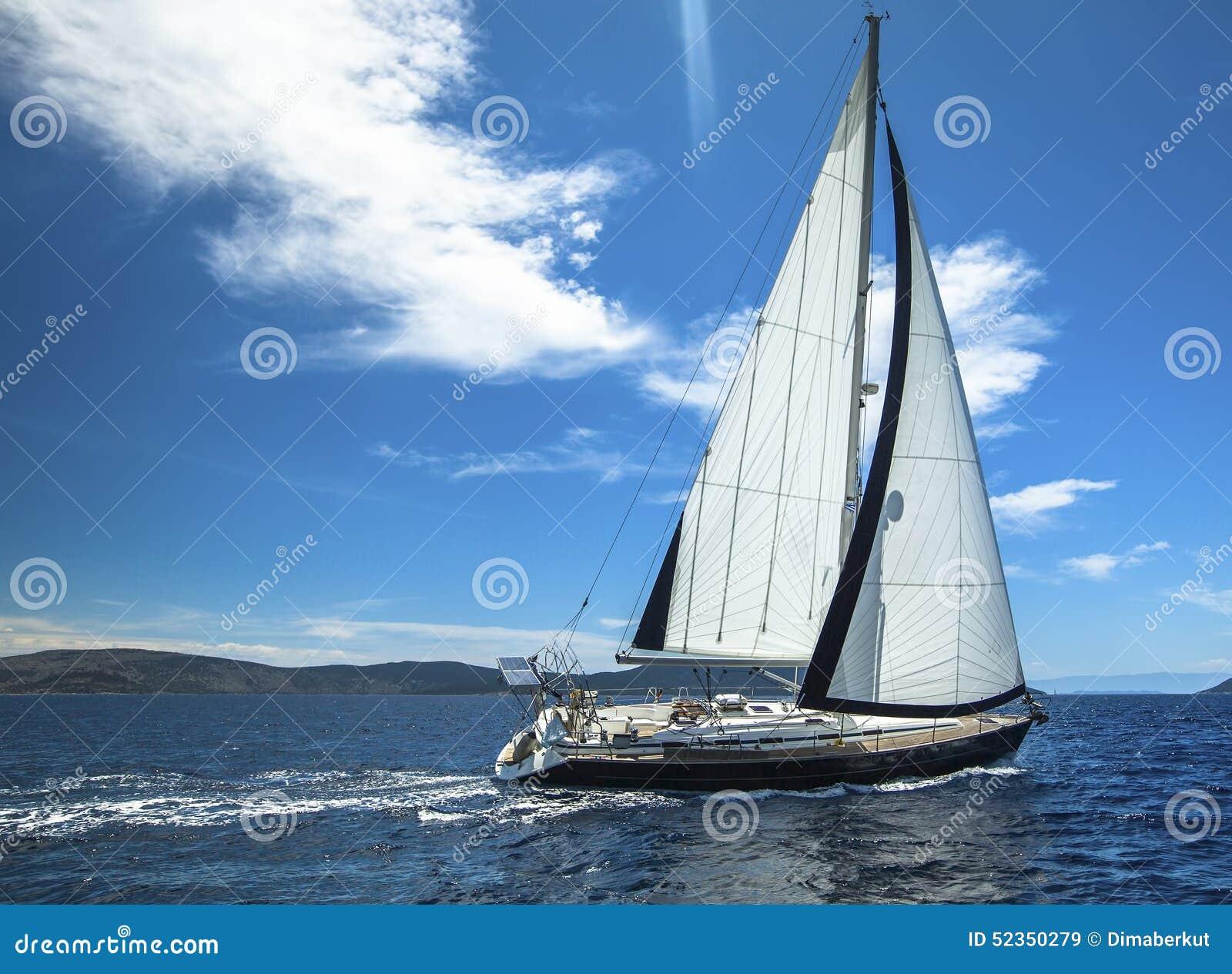 Sailing E Fileiras de iate luxuosos na doca do porto