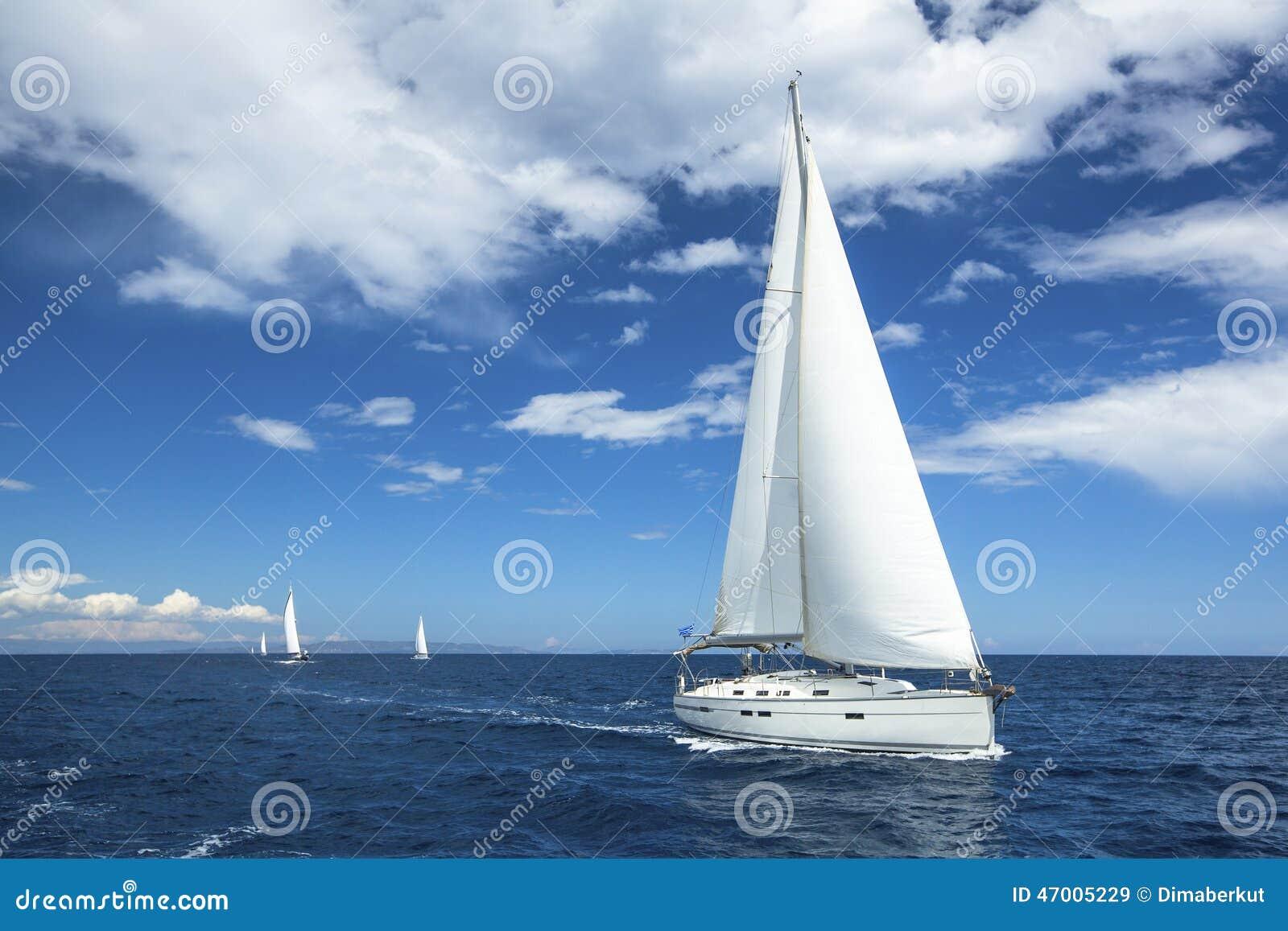 Sailing E Rijen van luxejachten bij jachthavendok Reis