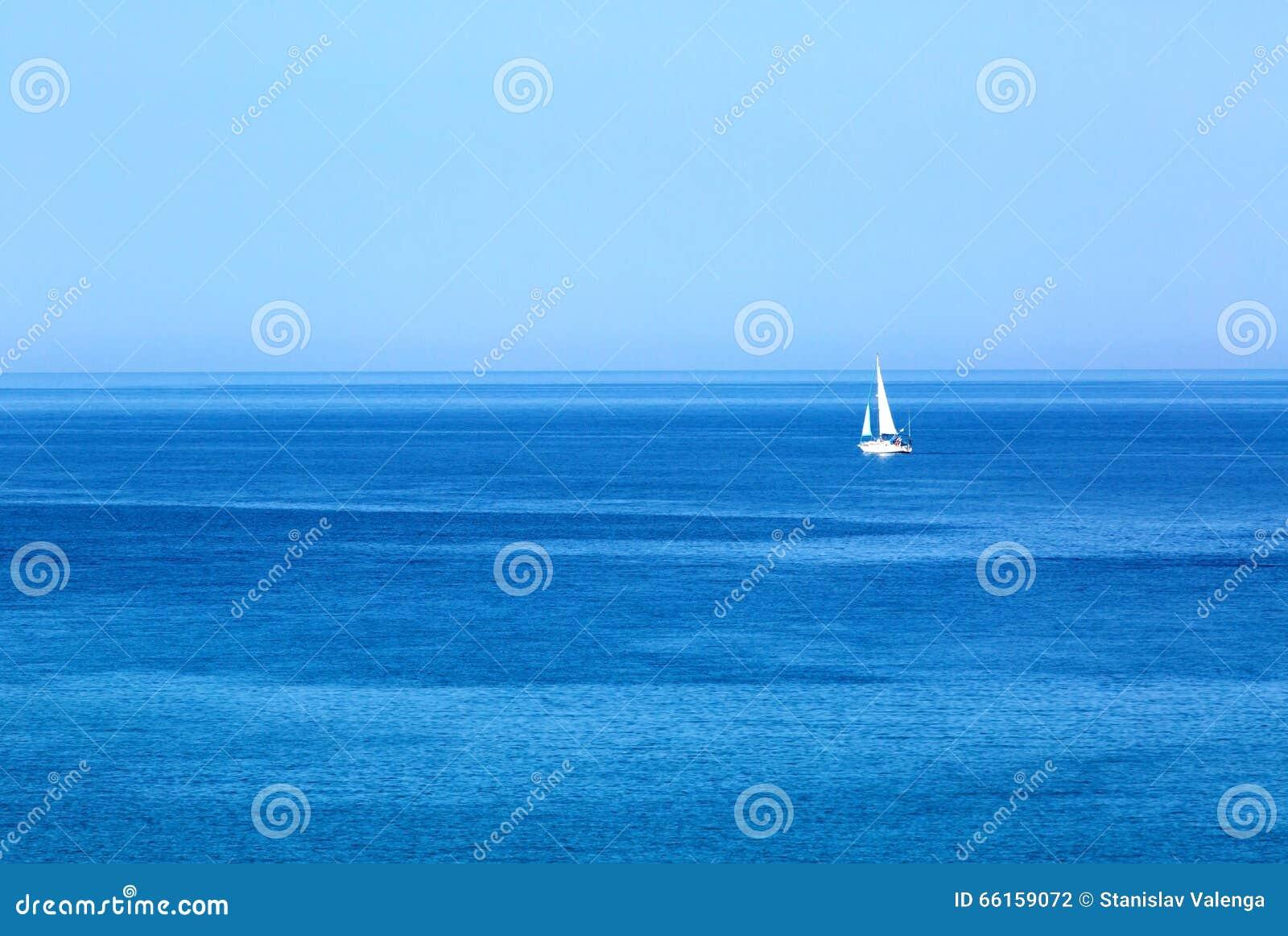 Sailing Envie o iate com as velas brancas no mar aberto Barcos luxuosos