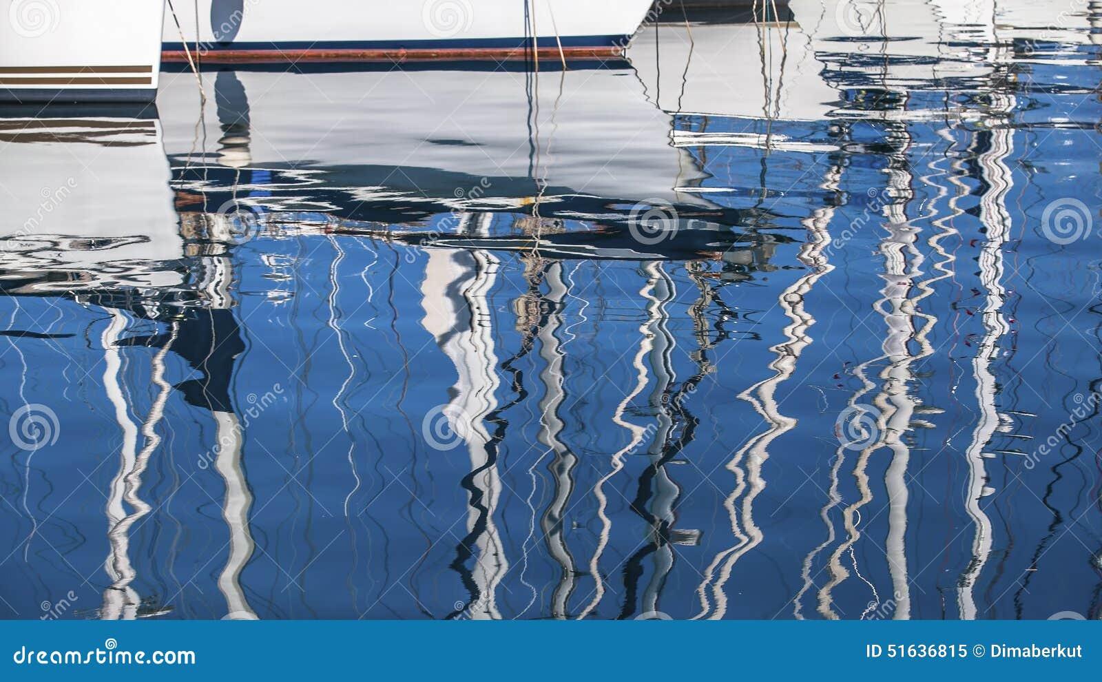 Sailing Reflexão de mastros do iate na água do porto
