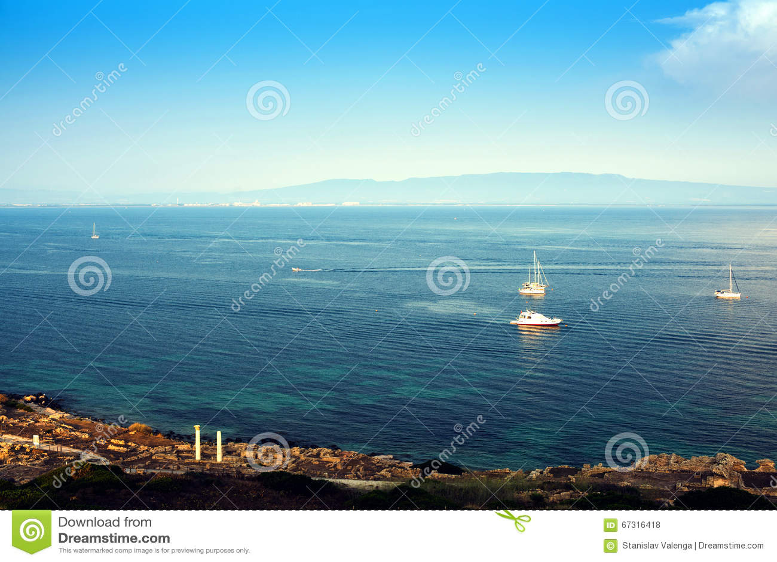 Sailing Schipjachten met witte zeilen in de open zee Luxeboten