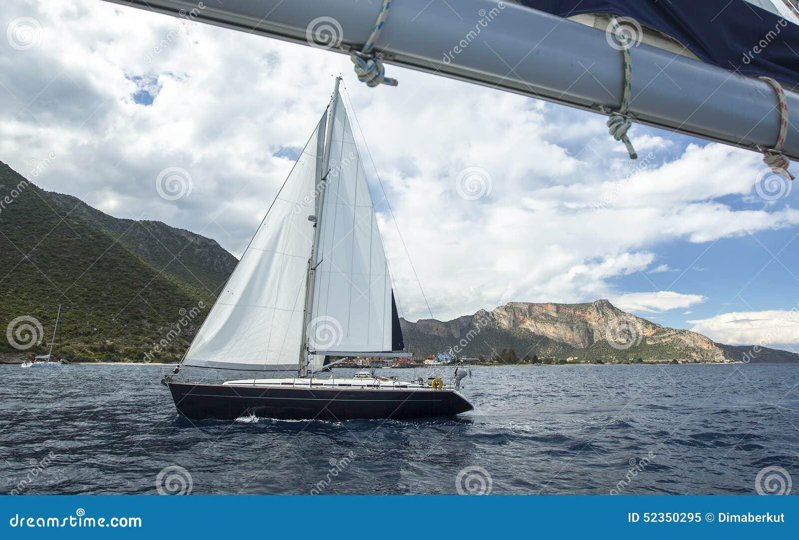 Sailing Vela no tempo nebuloso Iate luxuoso Curso