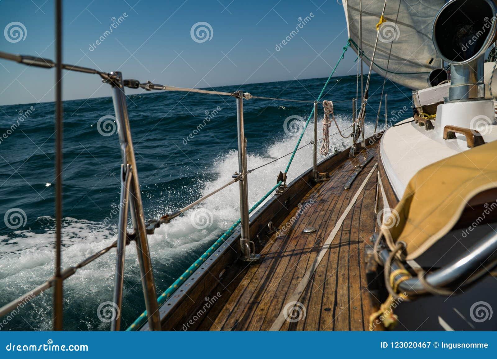 Sailing yachting Luxelevensstijl En gevaarlijk