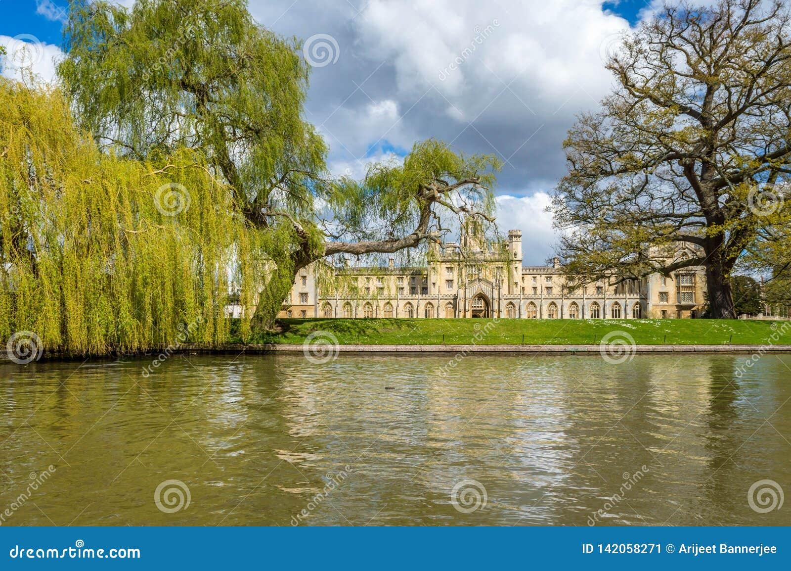 Saint John szkoła wyższa na jaskrawym słonecznym dniu z łatami chmury nad niebieskim niebem, Cambridge, Zjednoczone Królestwo