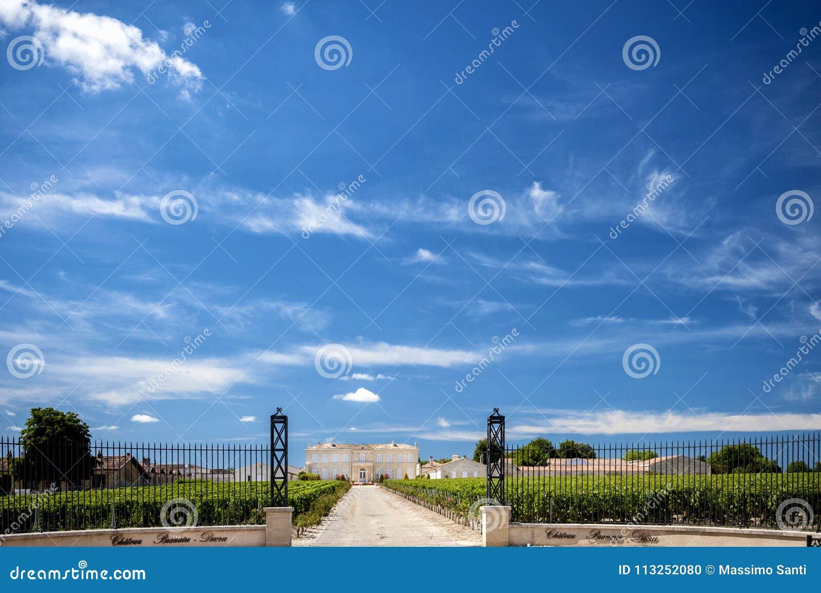 Saint Julien, Bordéus, França - 8 de junho de 2017: Castelo Branaire Ducru, porta da entrada e vinhedo no Medoc