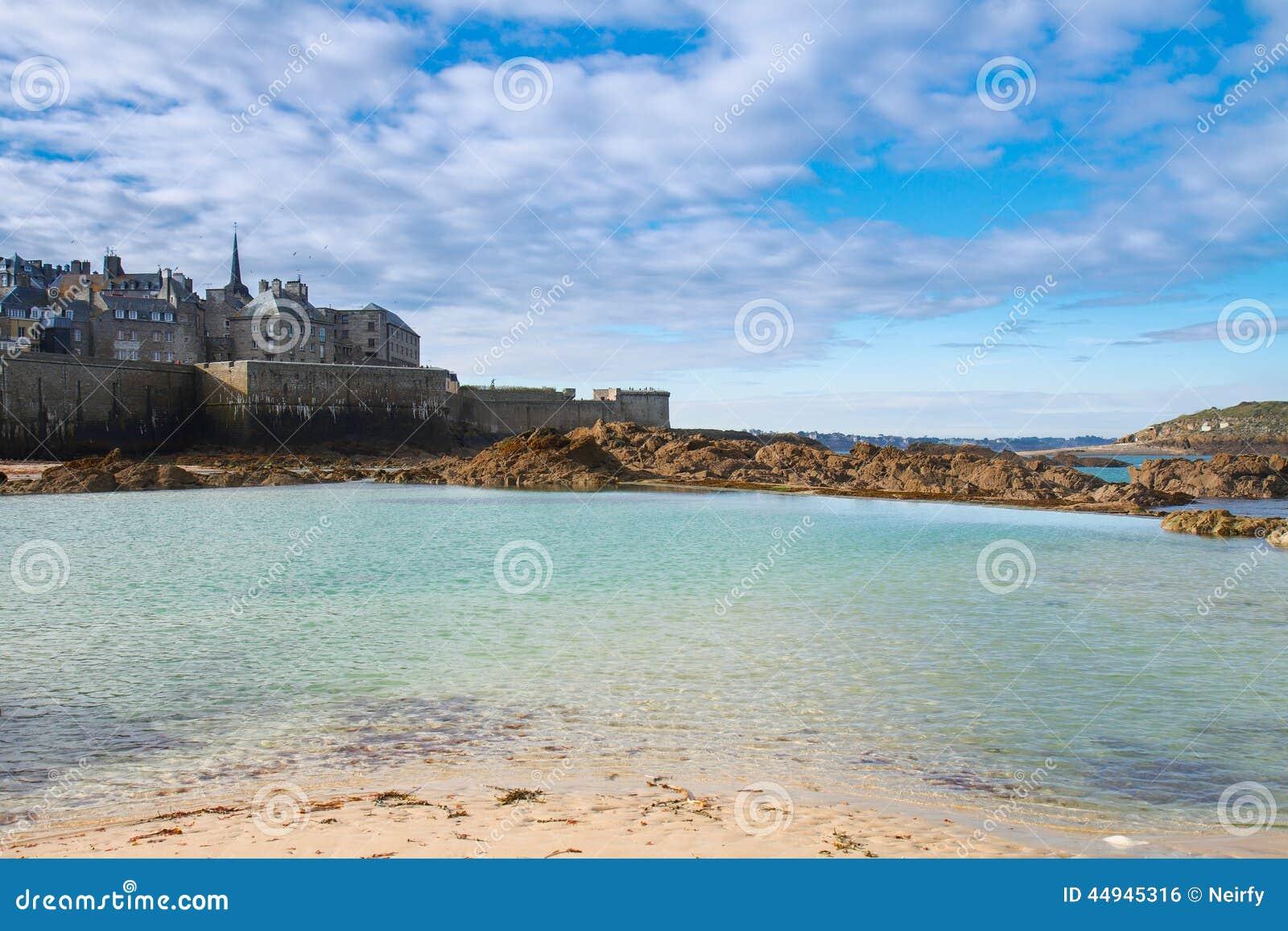 Saint Malo Gammal Stad Over Tidvattens Vatten Frankrike Arkivfoto Bild Av Slott Kanal 44945316