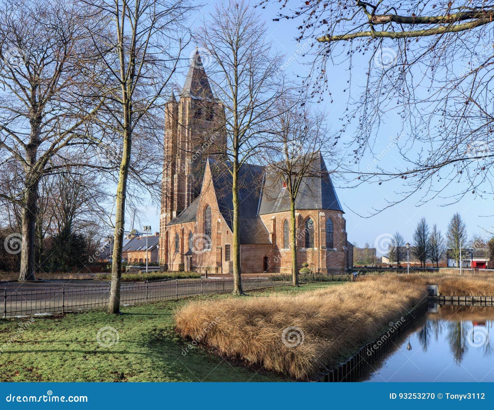 Saint Michelkerk bij zonnige dageraad, Rafels, Vlaanderen, België