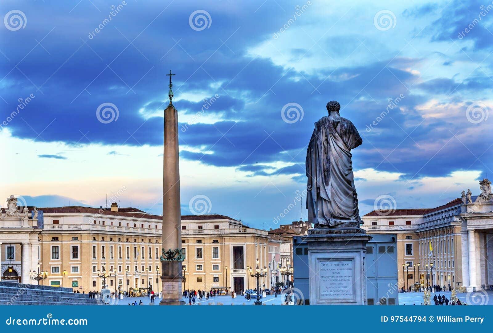 Saint Peter Statue Obelisk Vatican Square Rome Italie