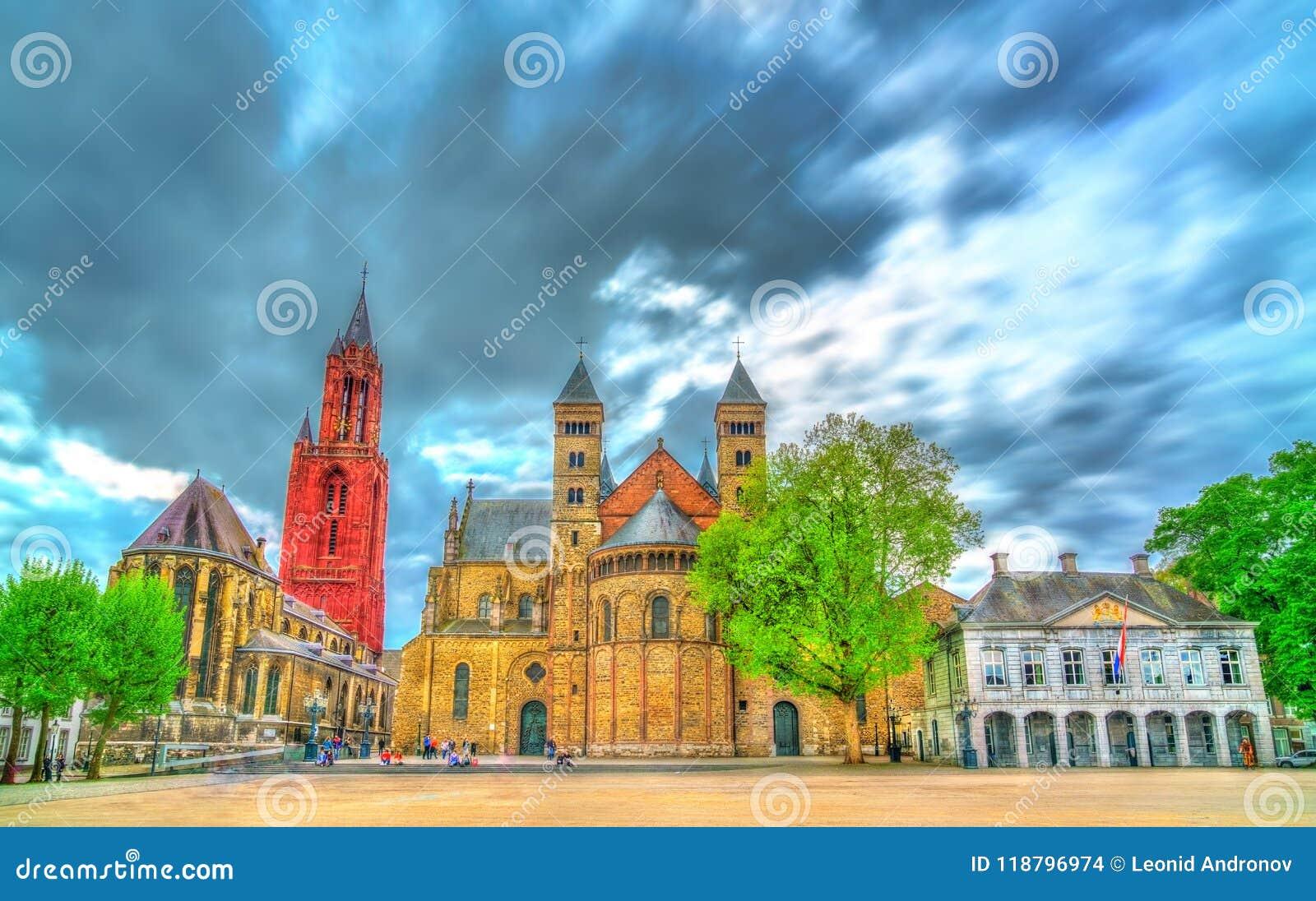Saint Servatius Basilica e St John Church no quadrado de Vrijthof em Maastricht, os Países Baixos
