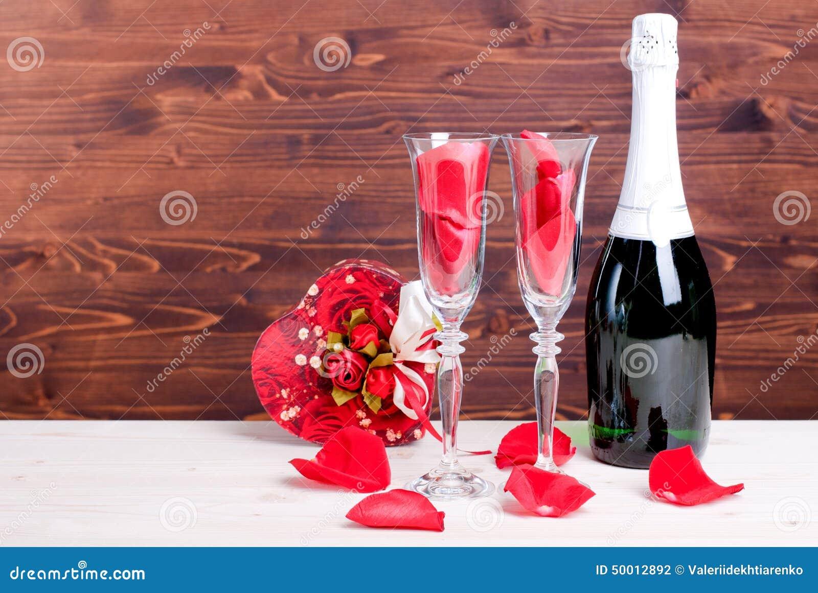 Saint valentin romantique avec des verres avec des roses et des coeurs cha photo stock image - Image saint valentin romantique ...
