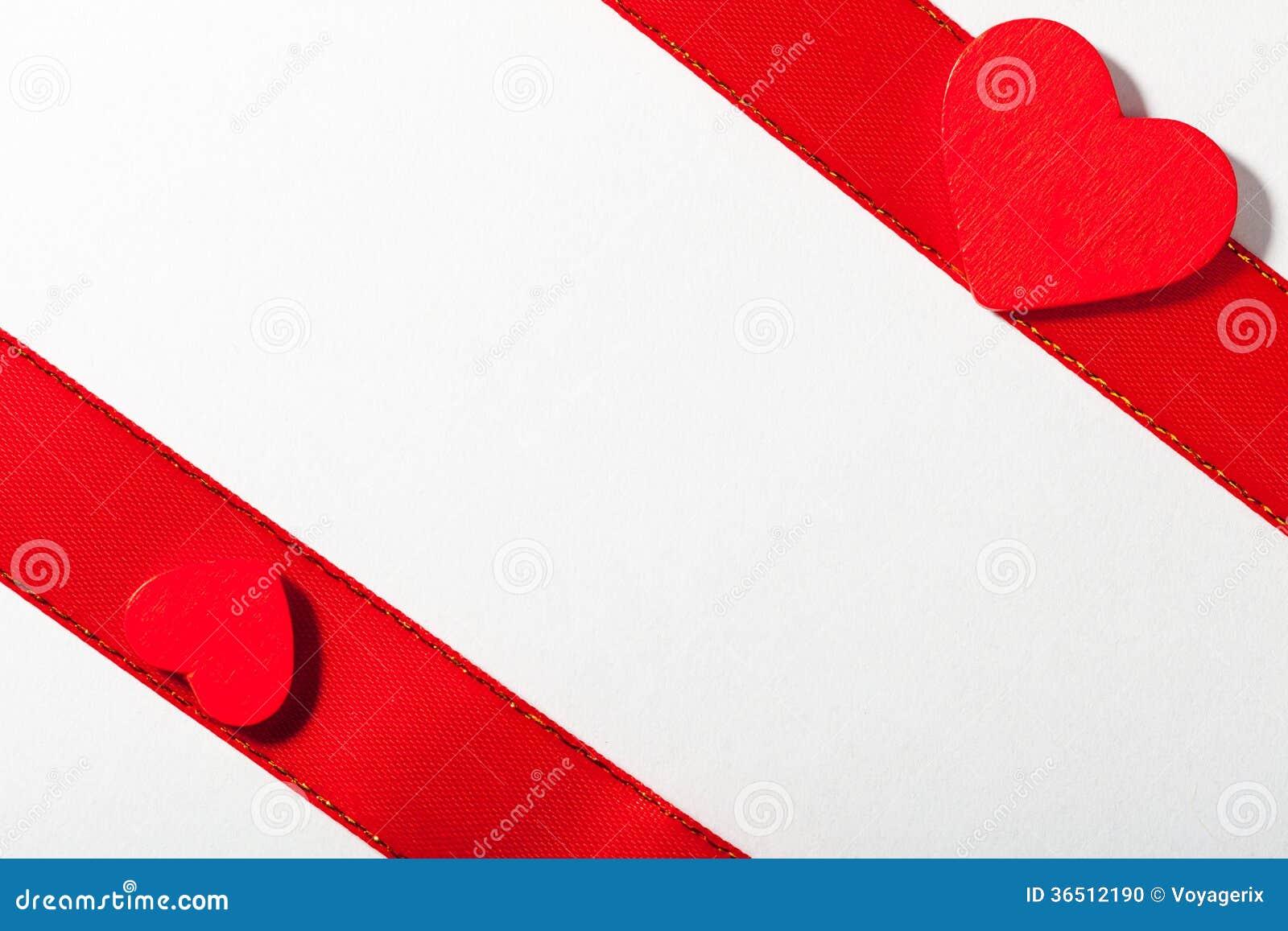 Saint Valentin. Ruban rouge de satin avec le coeur. Copiez l espace pour le texte