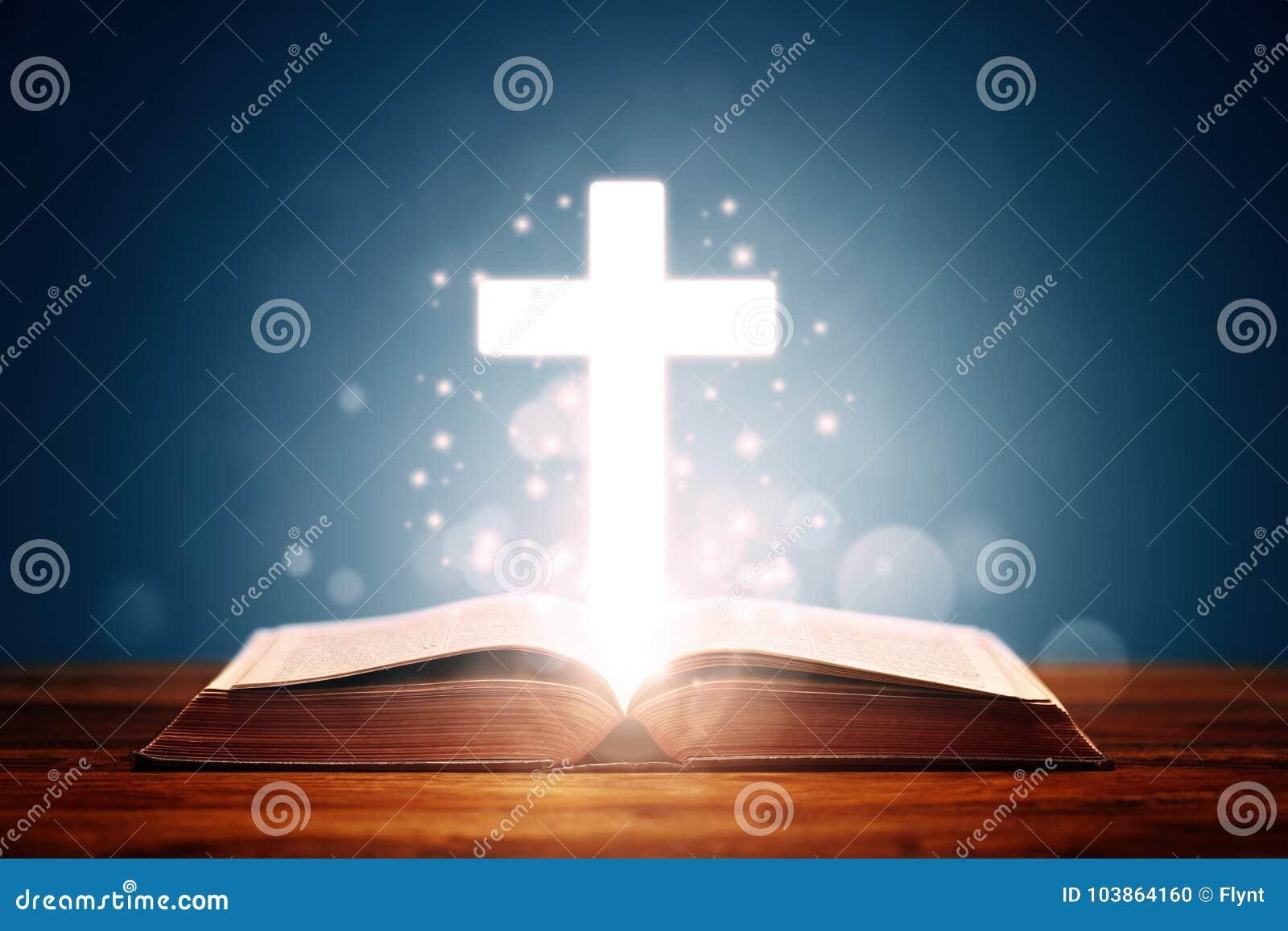 Sainte Bible avec la croix