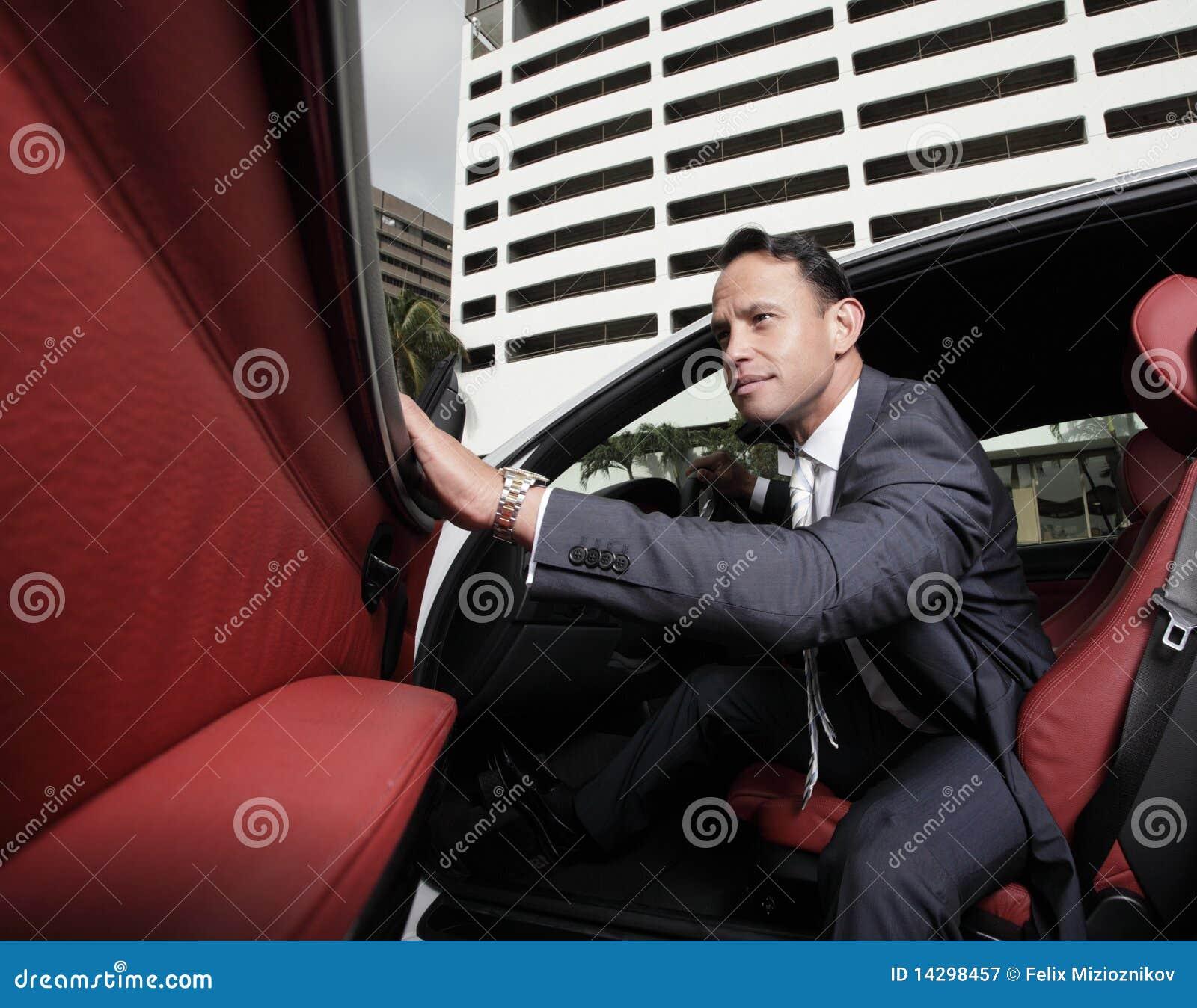 Sair do homem de negócios de seu carro