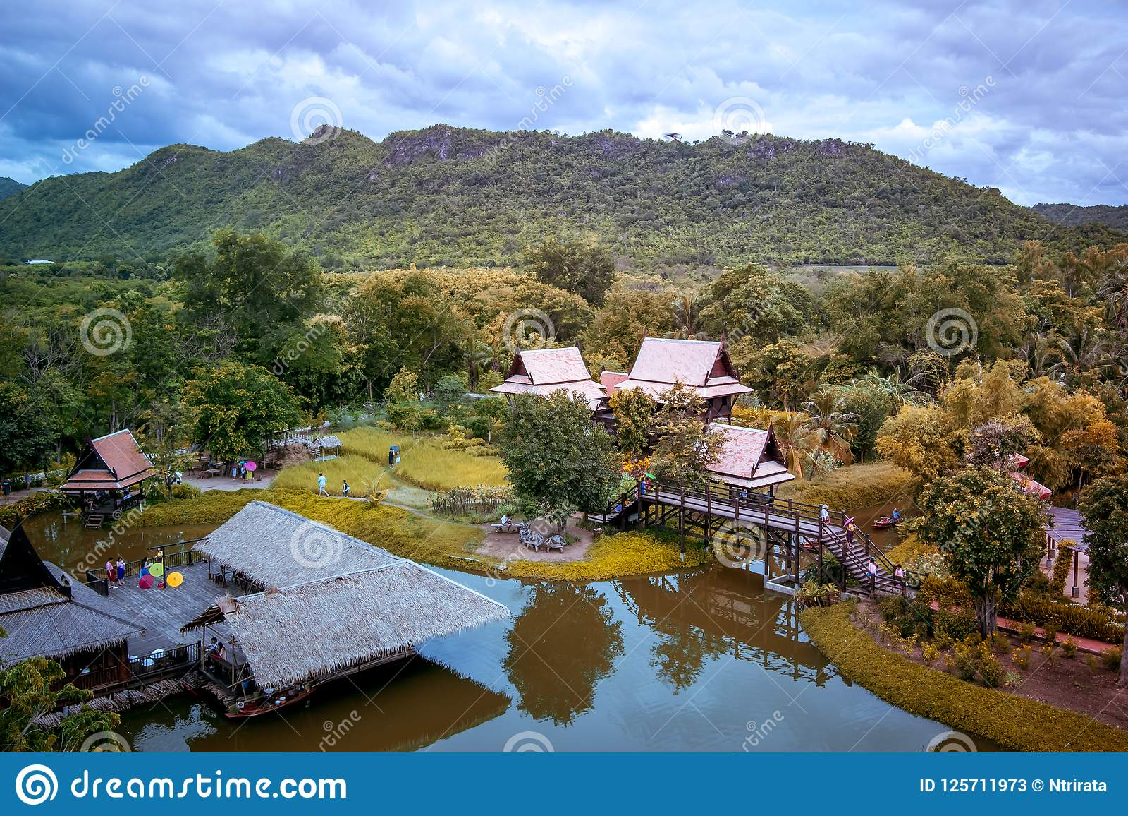 Saiyok区,北碧省, 7月9,2017的泰国:从Mallika City, 1905 A城市塔的看法  d 文化城市和