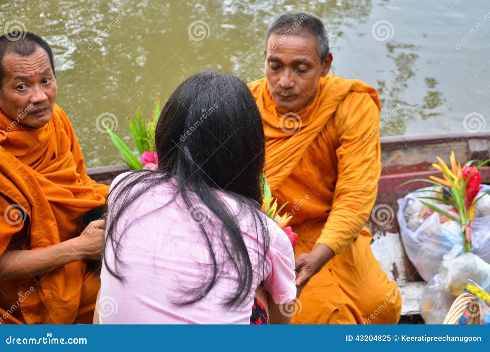Download Sakonnakhon Thailand-Juli 8: Den Buddistiska Munken är Allmosan Redaktionell Foto - Bild av flottörhus, morgon: 43204825