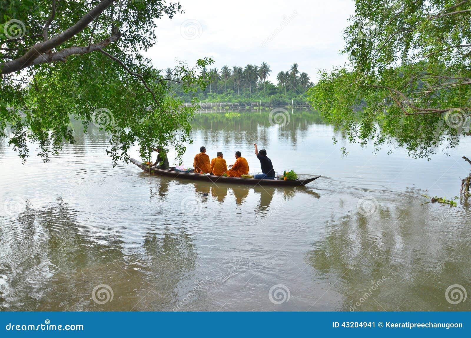 Download Sakonnakhon Thailand-Juli 8: Den Buddistiska Munken är Allmosan Redaktionell Bild - Bild av folk, erbjuda: 43204941