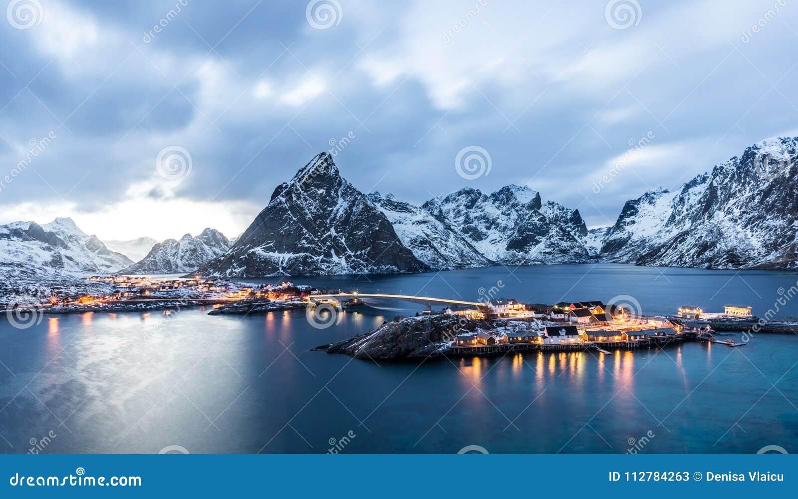 Sakrisoy, Lofoten, Noorwegen bij blauw uur