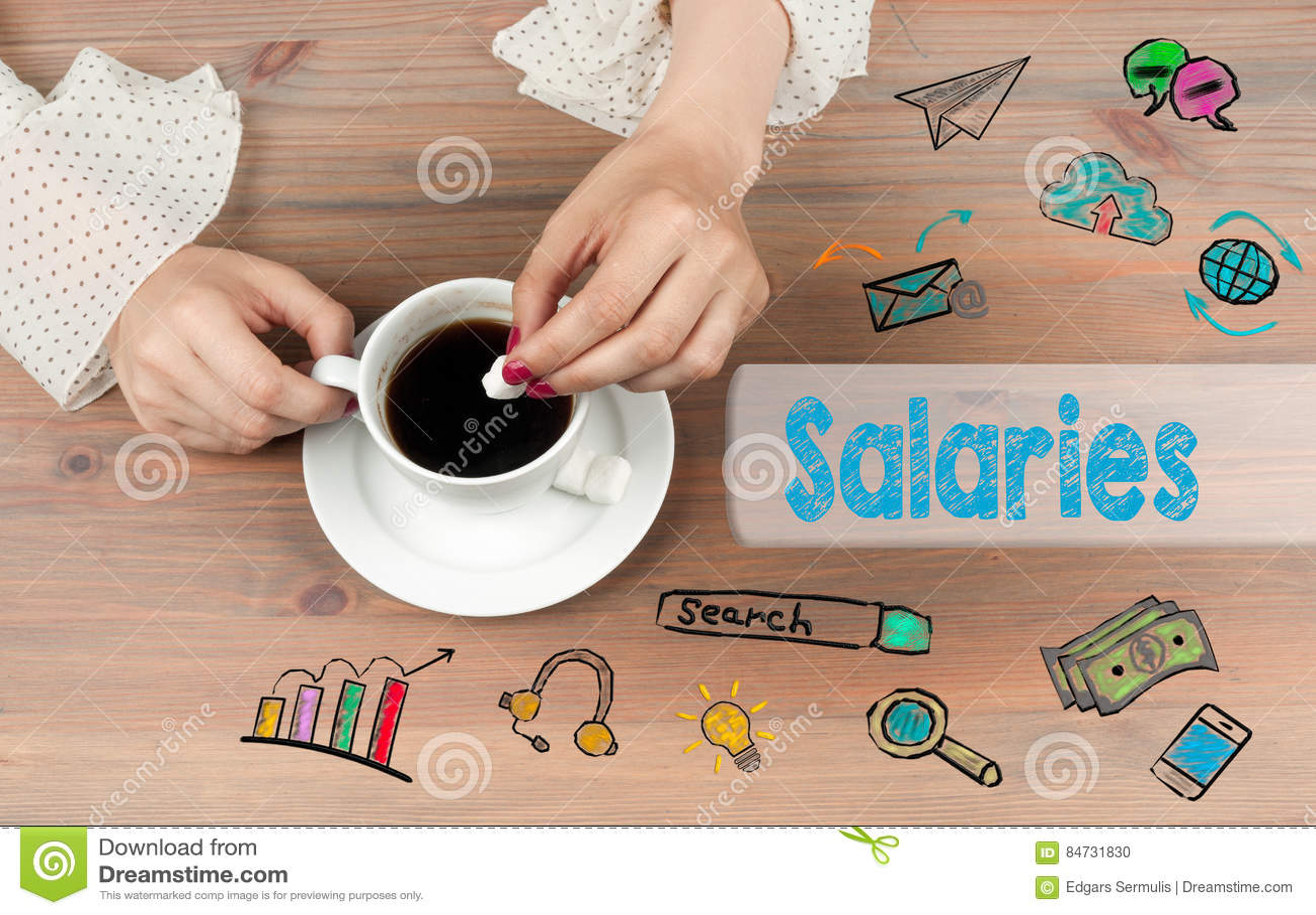 Salários O copo de café com açúcar em um de madeira tablen