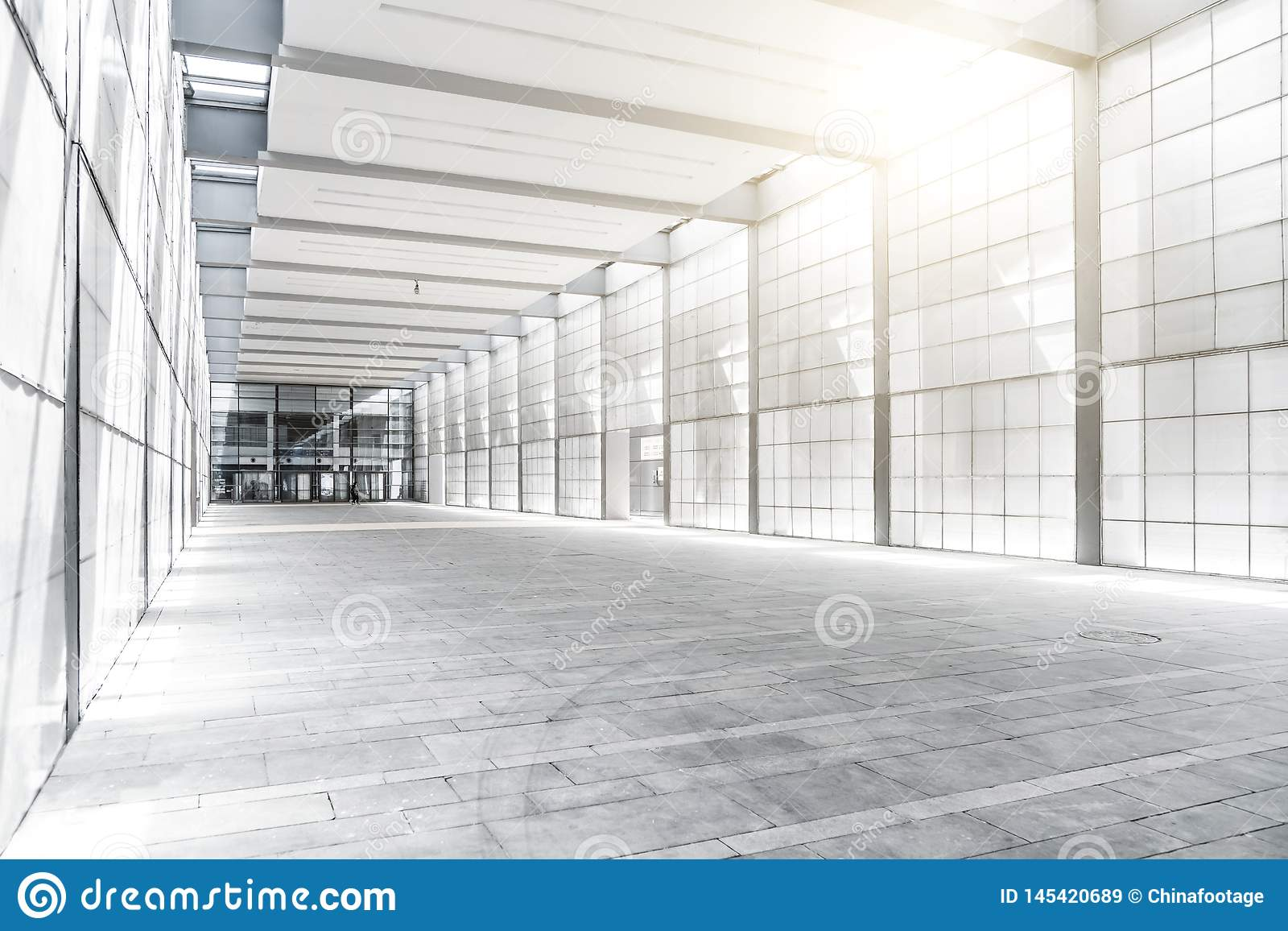 Salão da construção do negócio com luz da janela