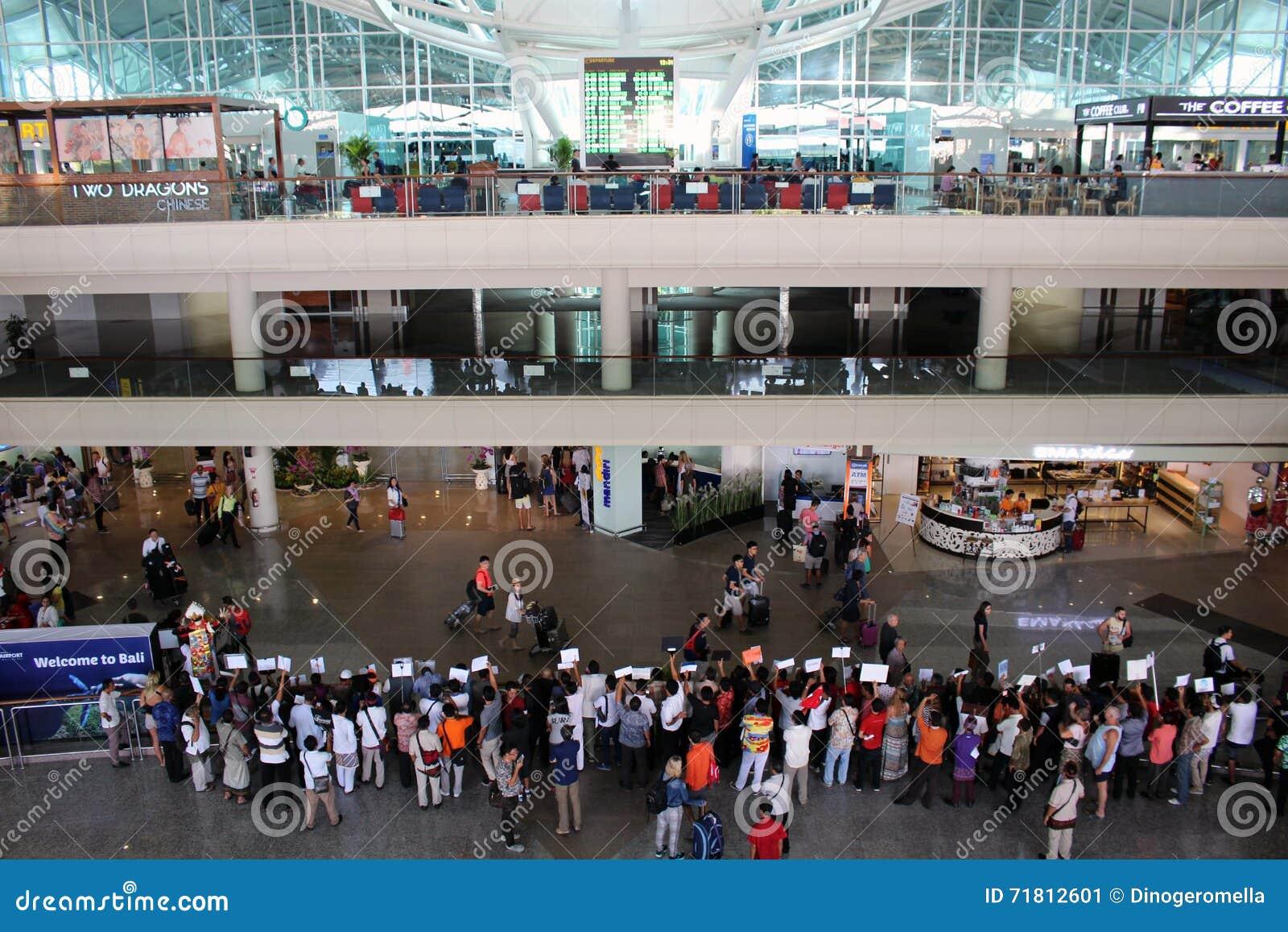 Aeroporto Bali : Salão das chegadas do aeroporto de bali foto editorial imagem de