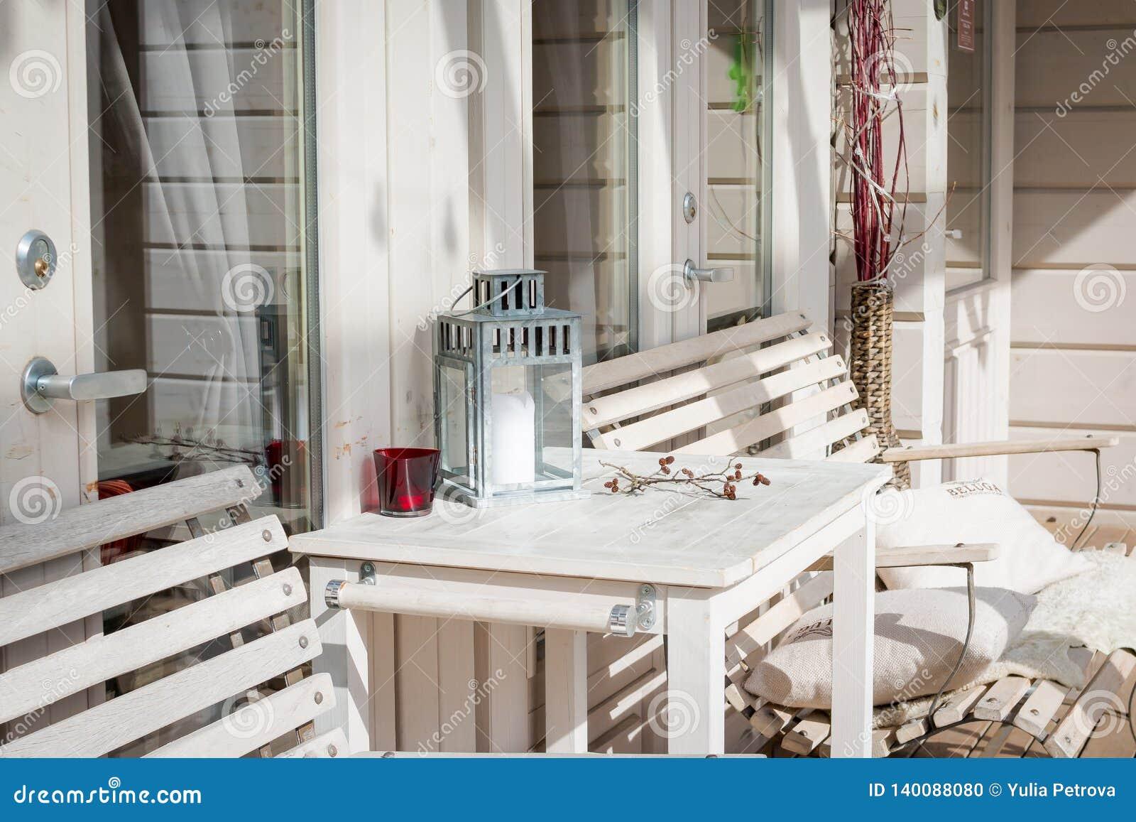 Salón de la terraza con los divanes cómodos en una casa de lujo Muebles del jardín en el patio Diseño moderno de la arquitectura