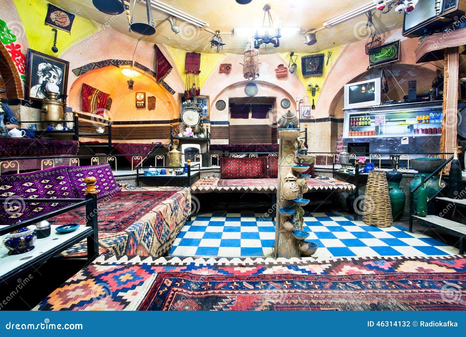 Salón De Té Persa Tradicional Con Las Viejos Alfombras, Muebles Del ...