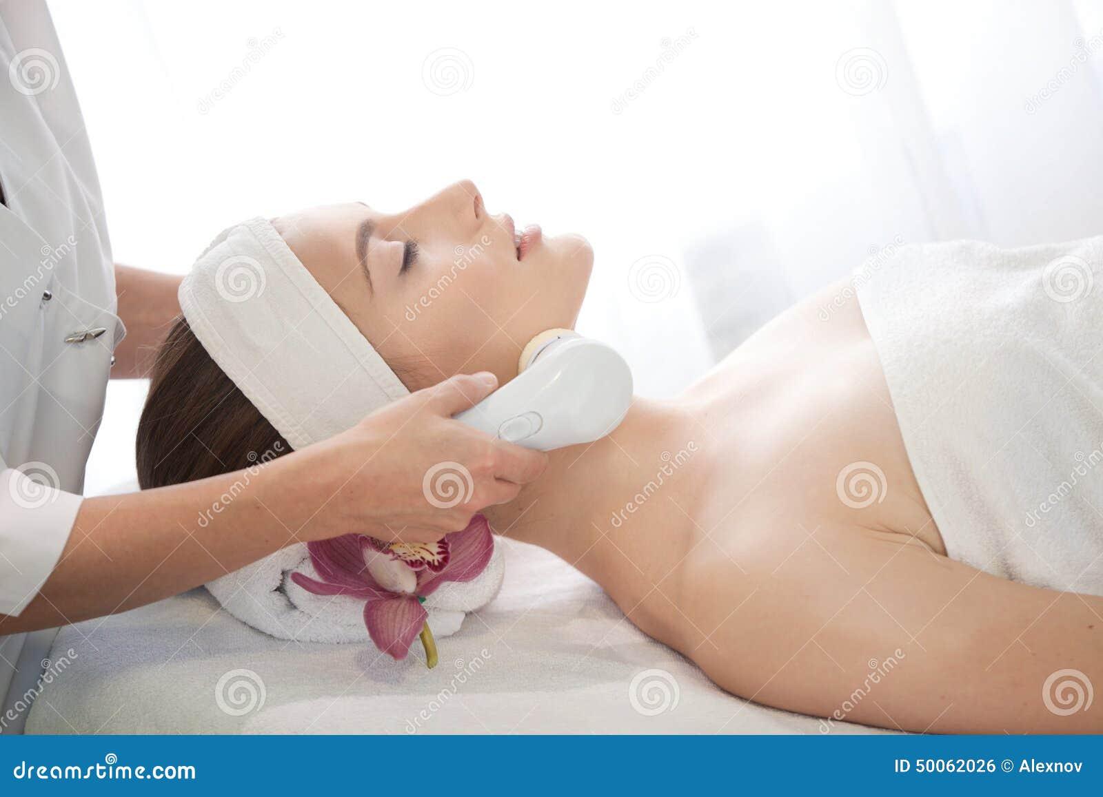 Salón del balneario: Mujer hermosa joven que tiene masaje facial