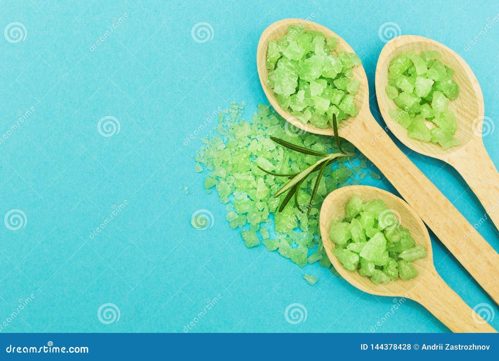 Sal de banho erval verde em um fundo azul Espa?o para o texto