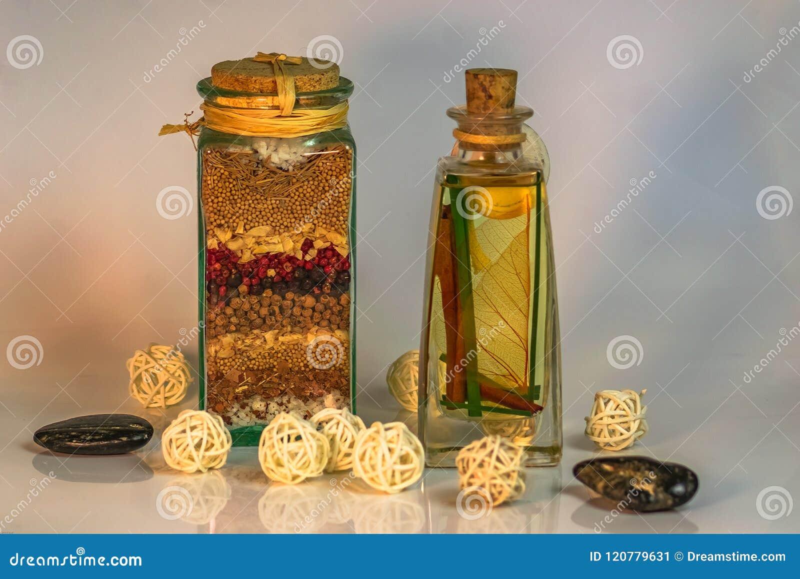 Sal de Dispensa del La con las bolas de las hierbas y de las especias y las piedras negras