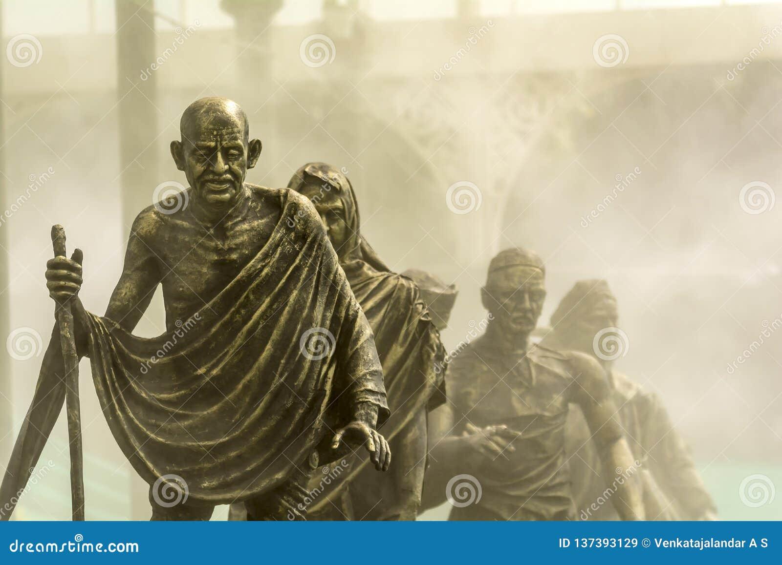 Sal marzo o Dandi marzo llevado por Gandhi en fondo de niebla