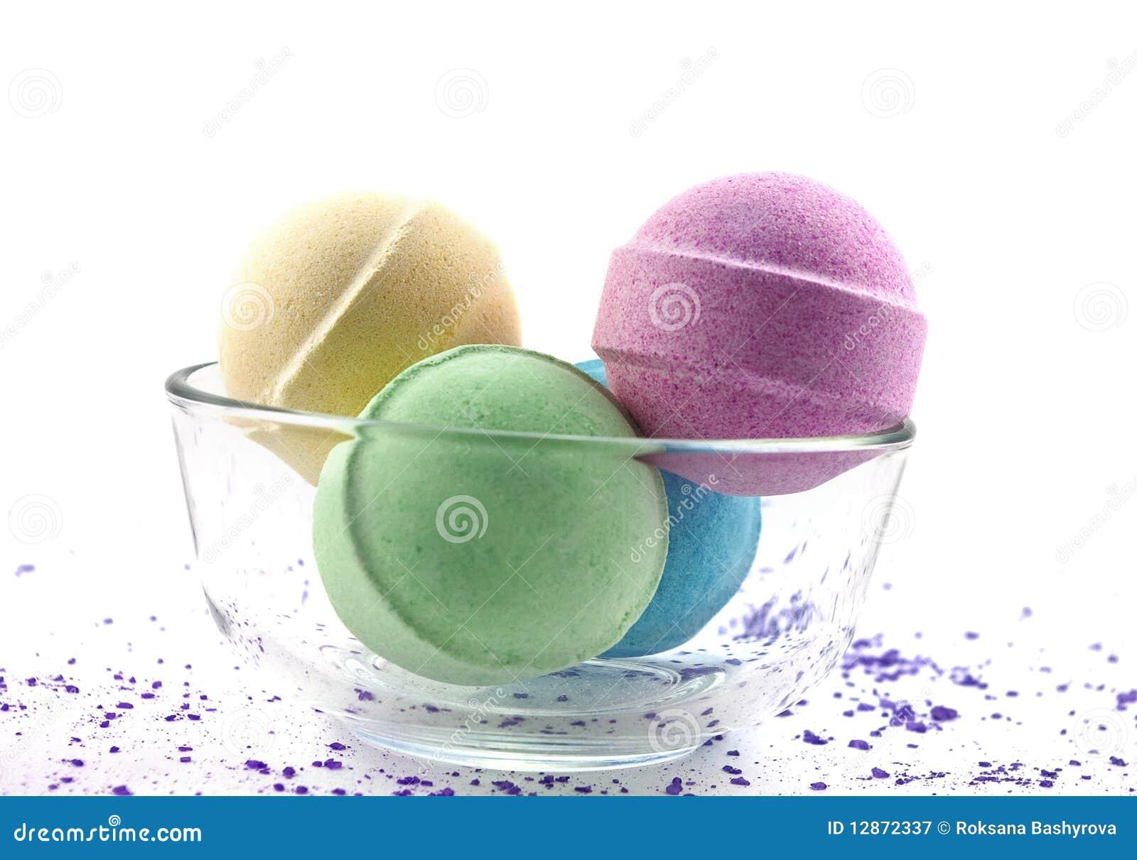 Sal violeta e esferas multicoloured do banho