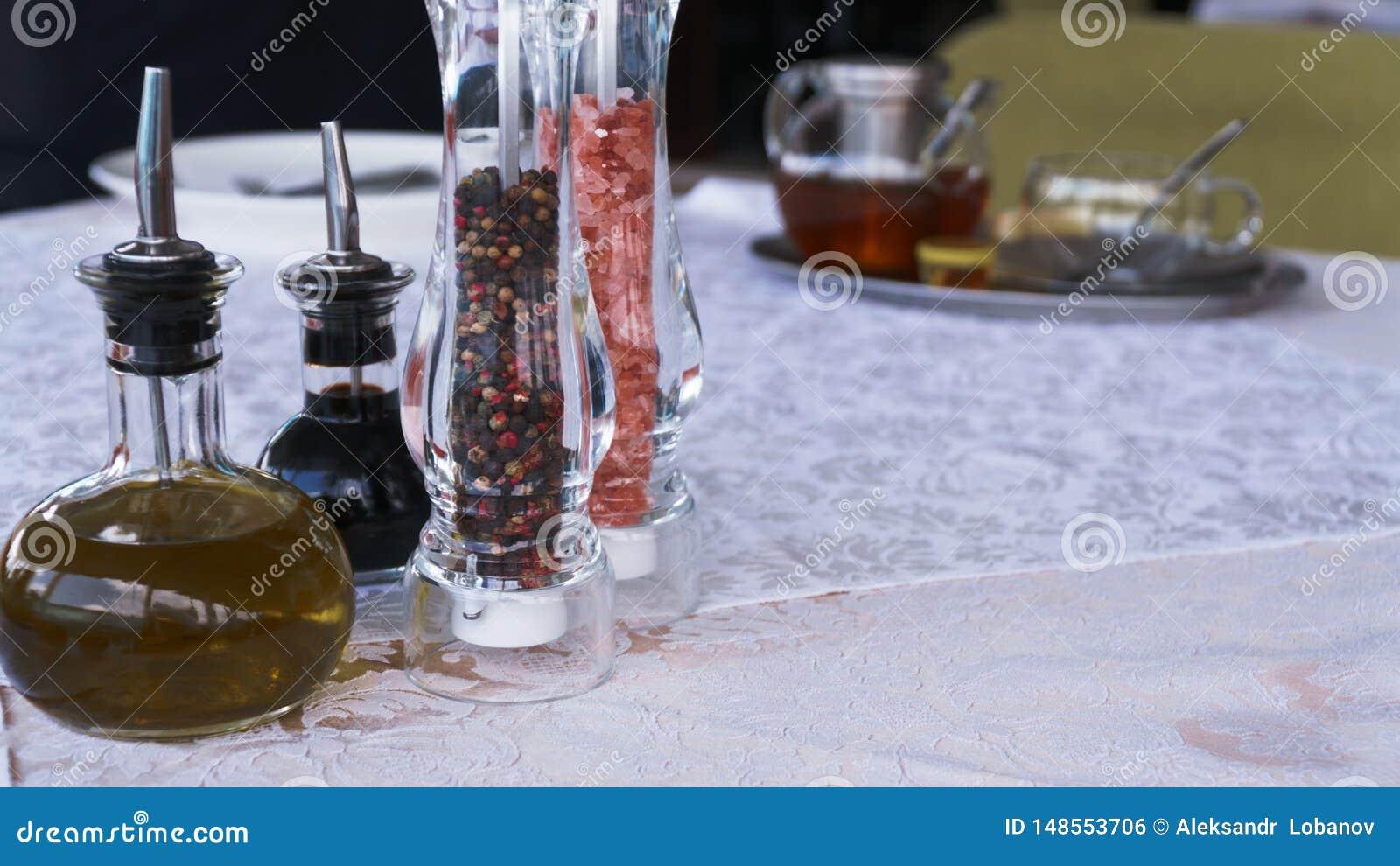 Sal y pimienta en la tabla blanca en el restaurante