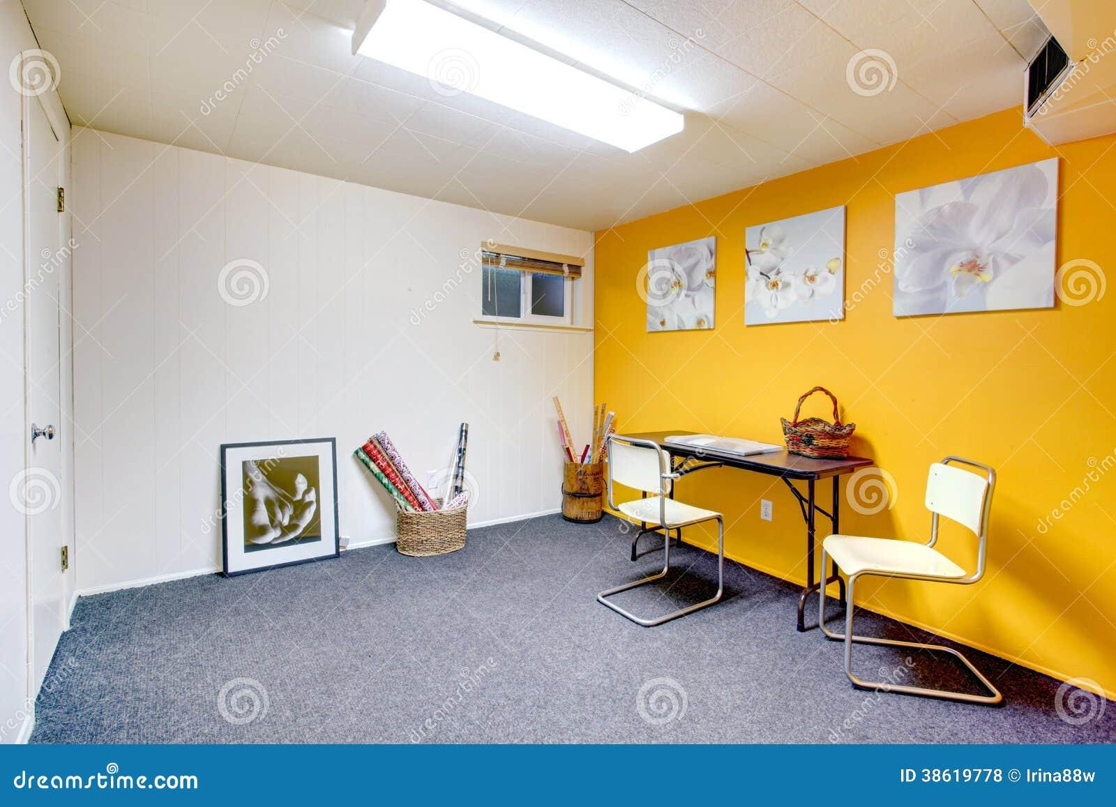 Sala Acolhedor Da Arte Com Parede Amarela Foto De Stock Imagem De  -> Arte Parede Sala