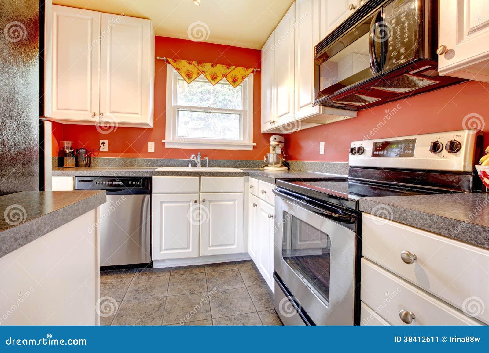 Sala Acolhedor Da Cozinha Com Parede Vermelha E Os Armários Brancos  #BA3211 1300 957
